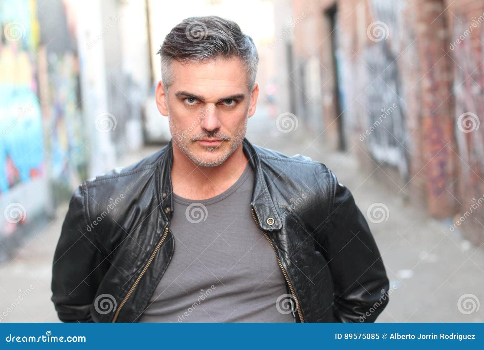 Twardy mężczyzna z solą i pieprzowym seksownym włosy