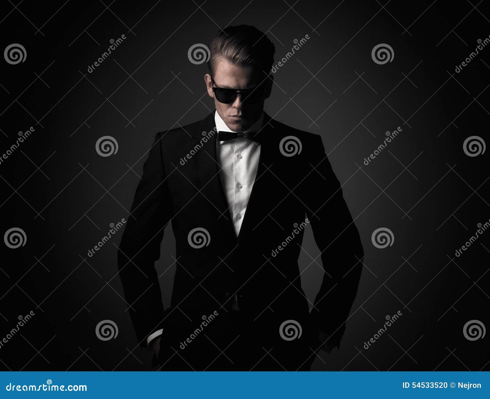 Twardy ostrze ubierający mężczyzna