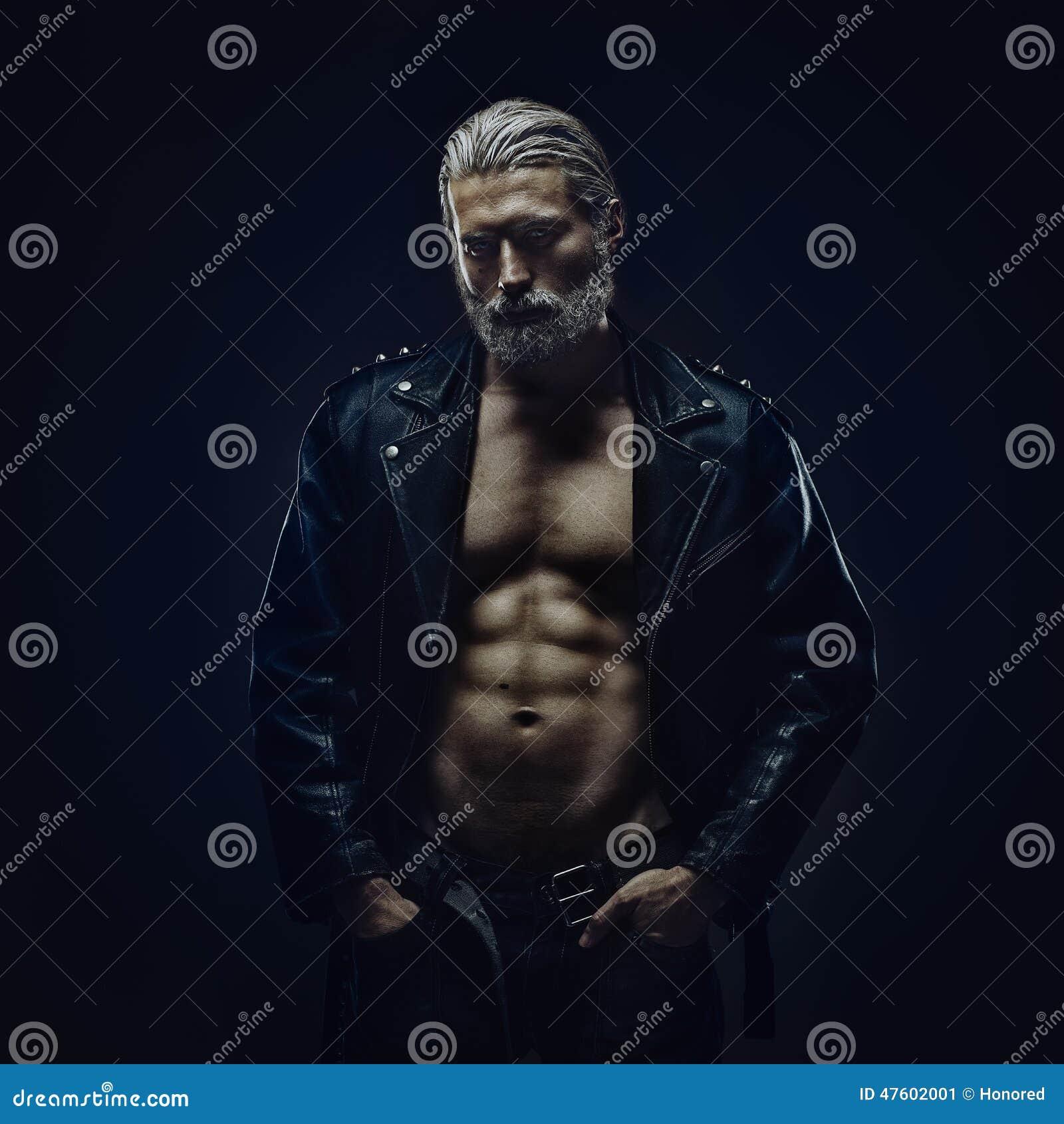 Twardy w średnim wieku mężczyzna
