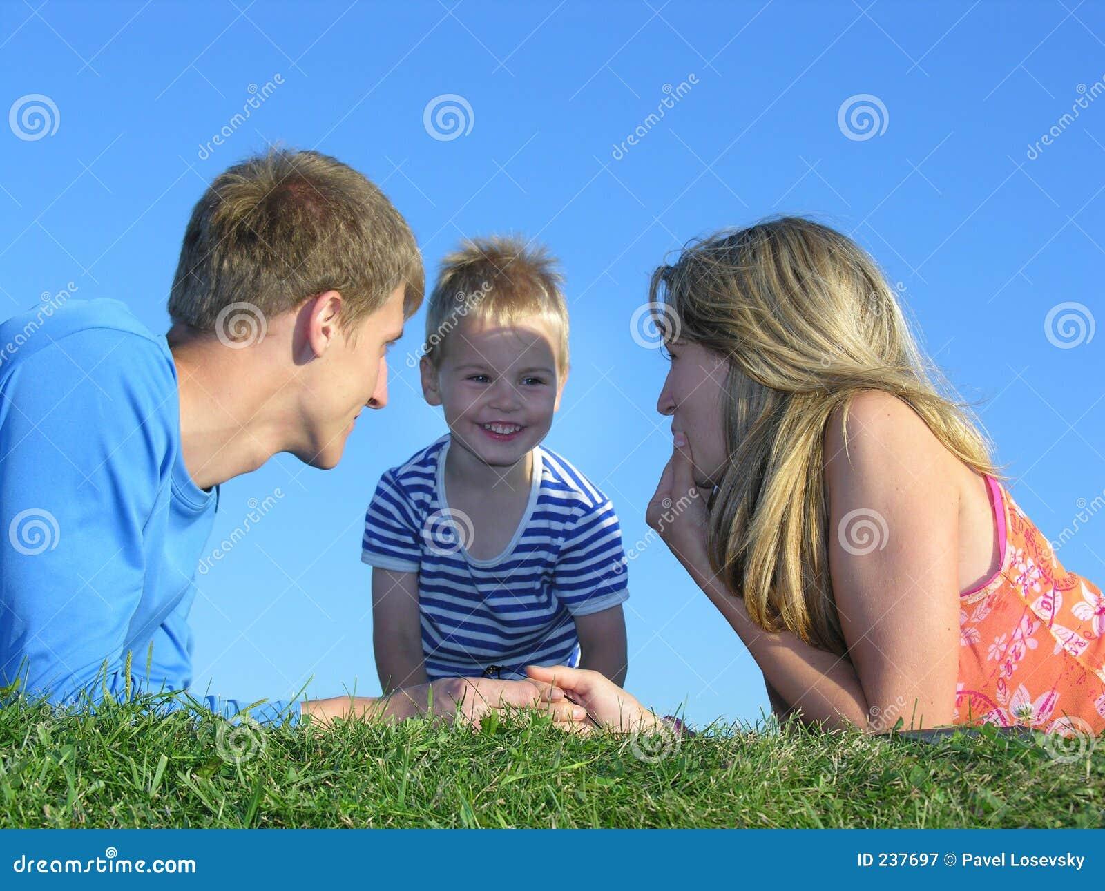 Twarzą do rodzinnej trawy