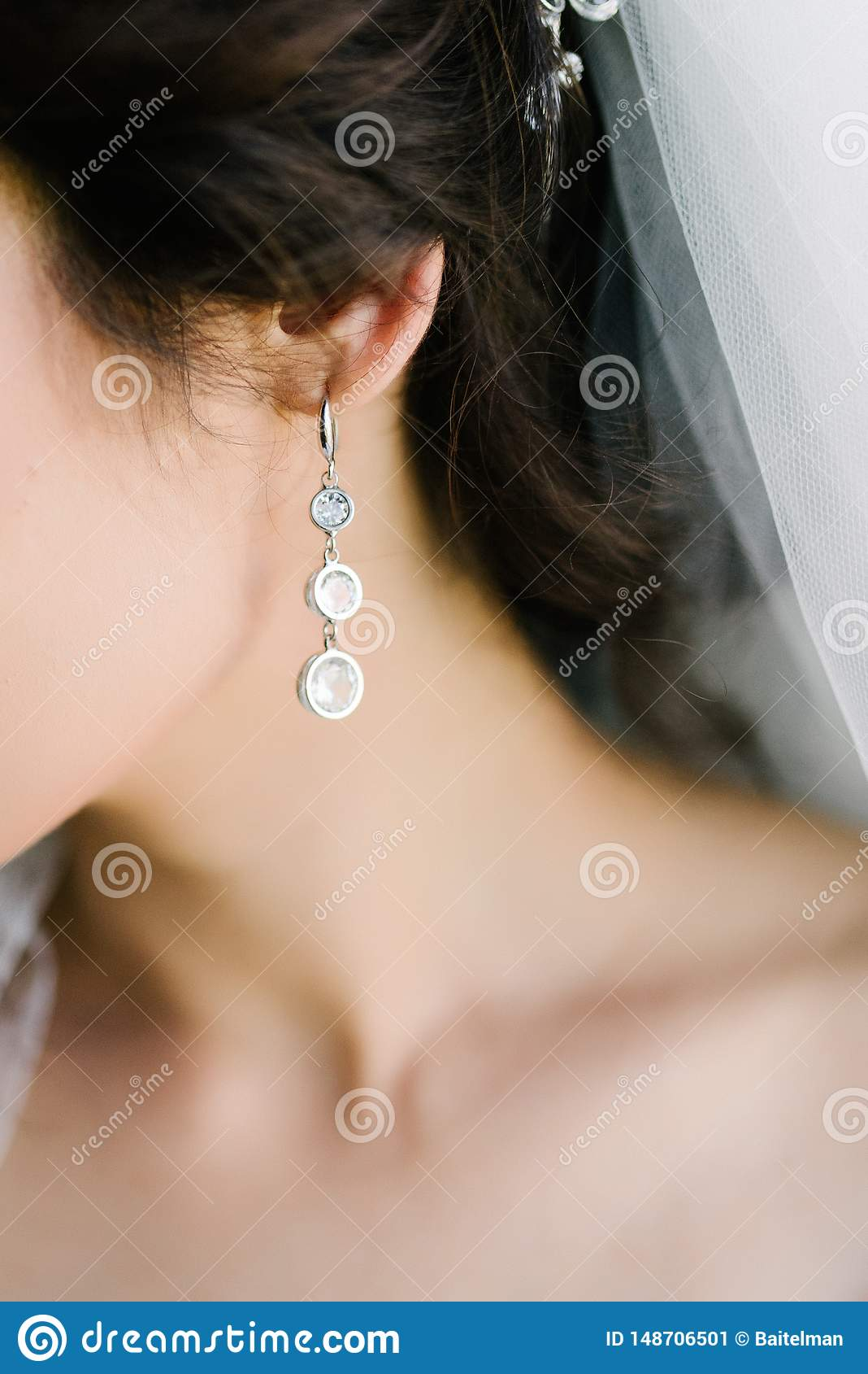 Twarz młoda kobieta z dużymi kolczykami zamyka w górę