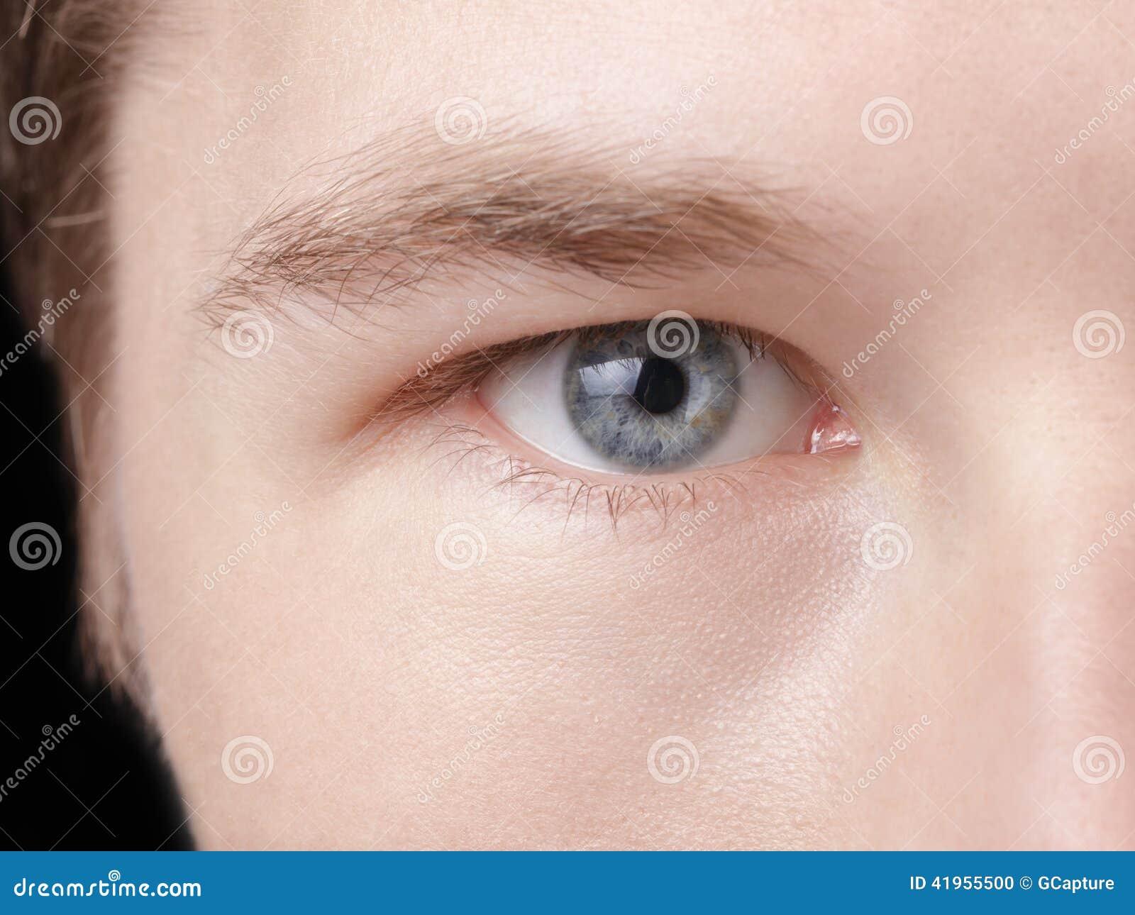 Twarz młody dorosły mężczyzna z niebieskimi oczami