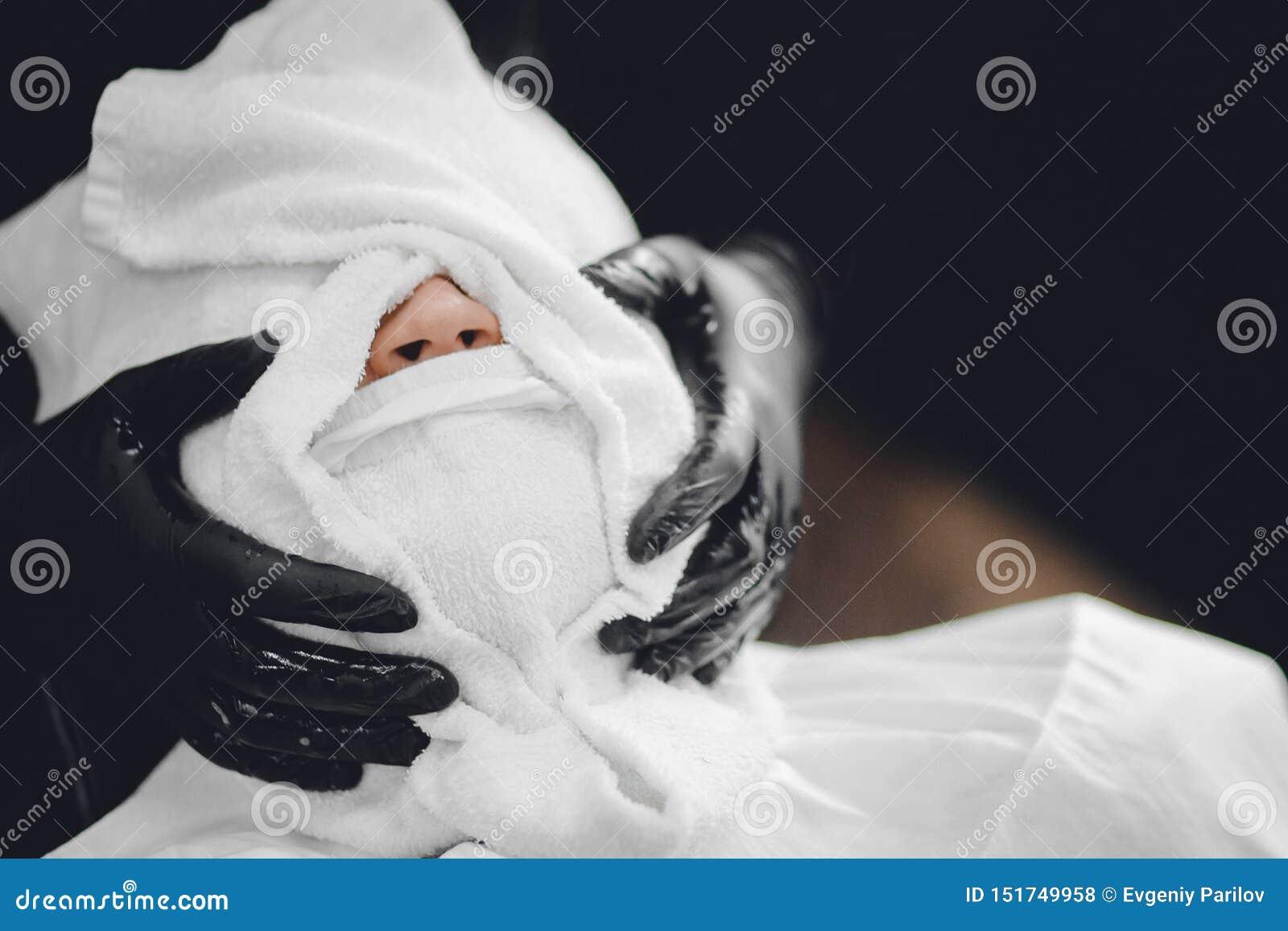 Twarz masaż przed niebezpiecznym królewskim ogoleniem Brody i wąsy golenie, kontrpara z gorącymi ręcznikami Poj?cie zak?ad fryzje