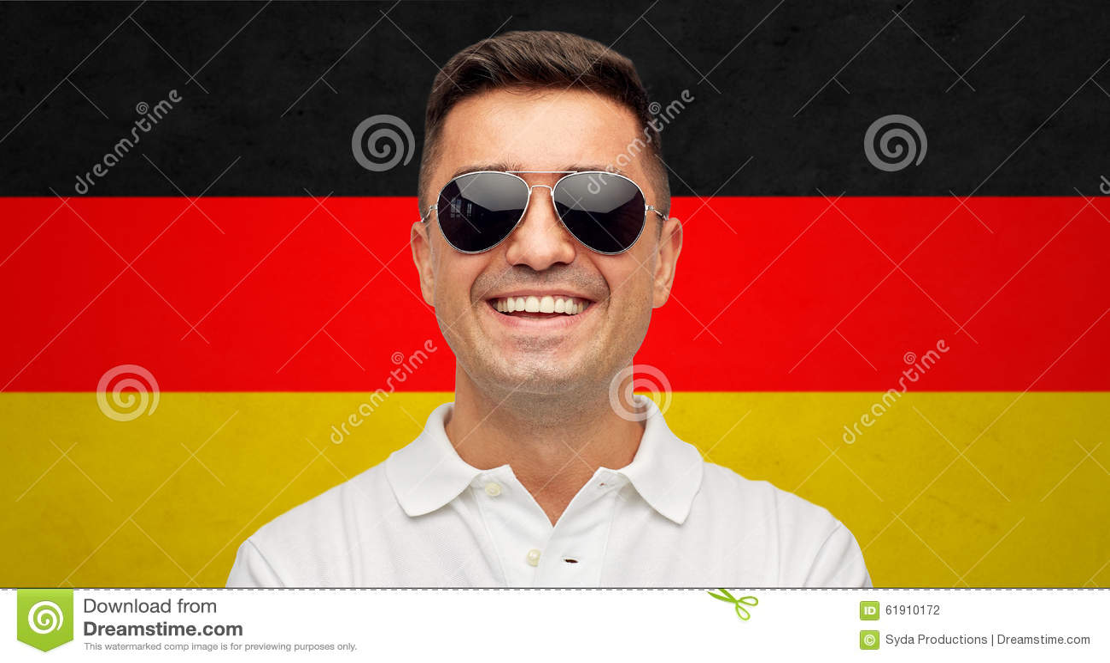 Twarz uśmiechnięty mężczyzna w okularach przeciwsłonecznych nad niemiec flaga