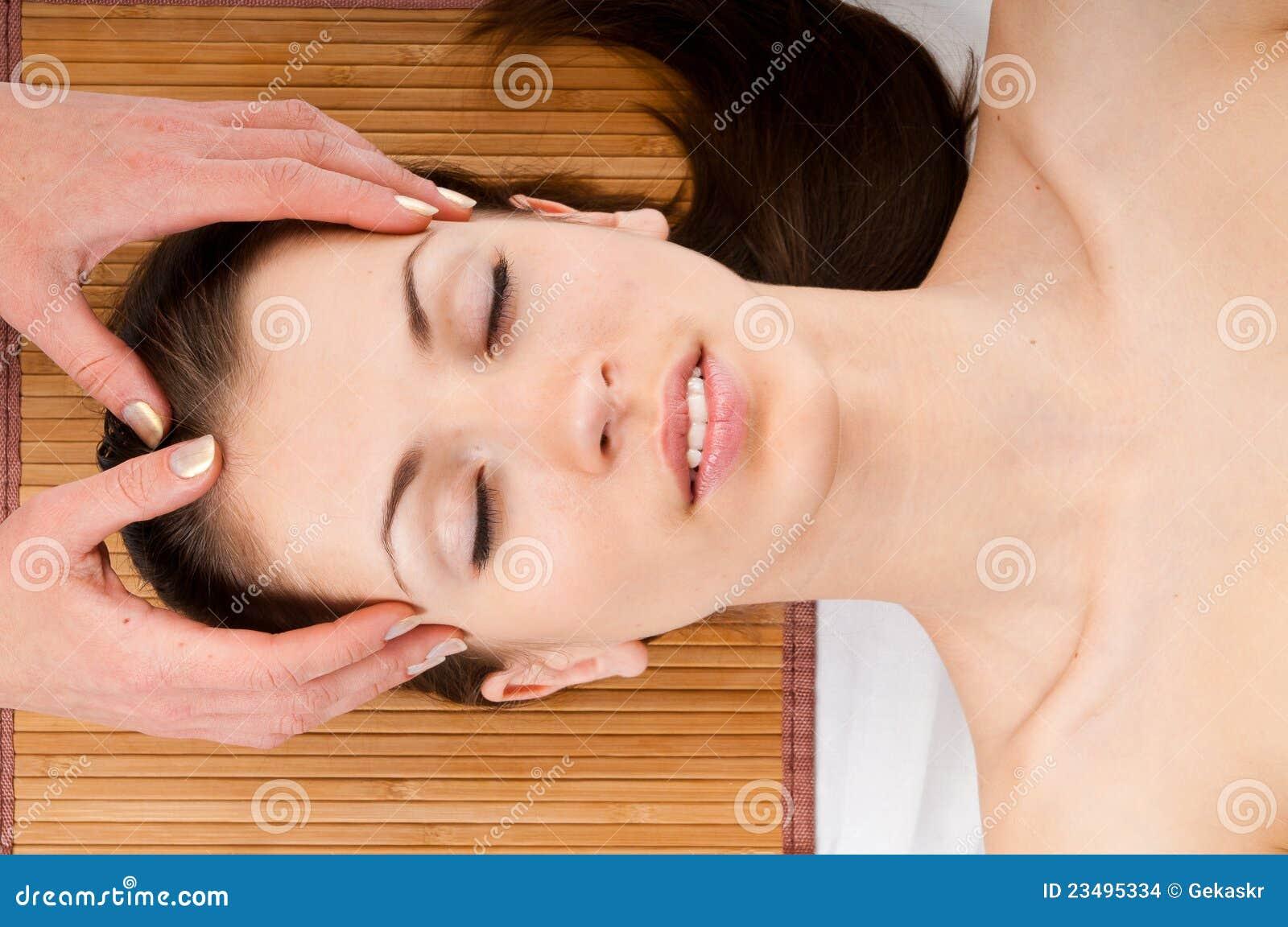 Twarzowego masażu odbiorcza kobieta