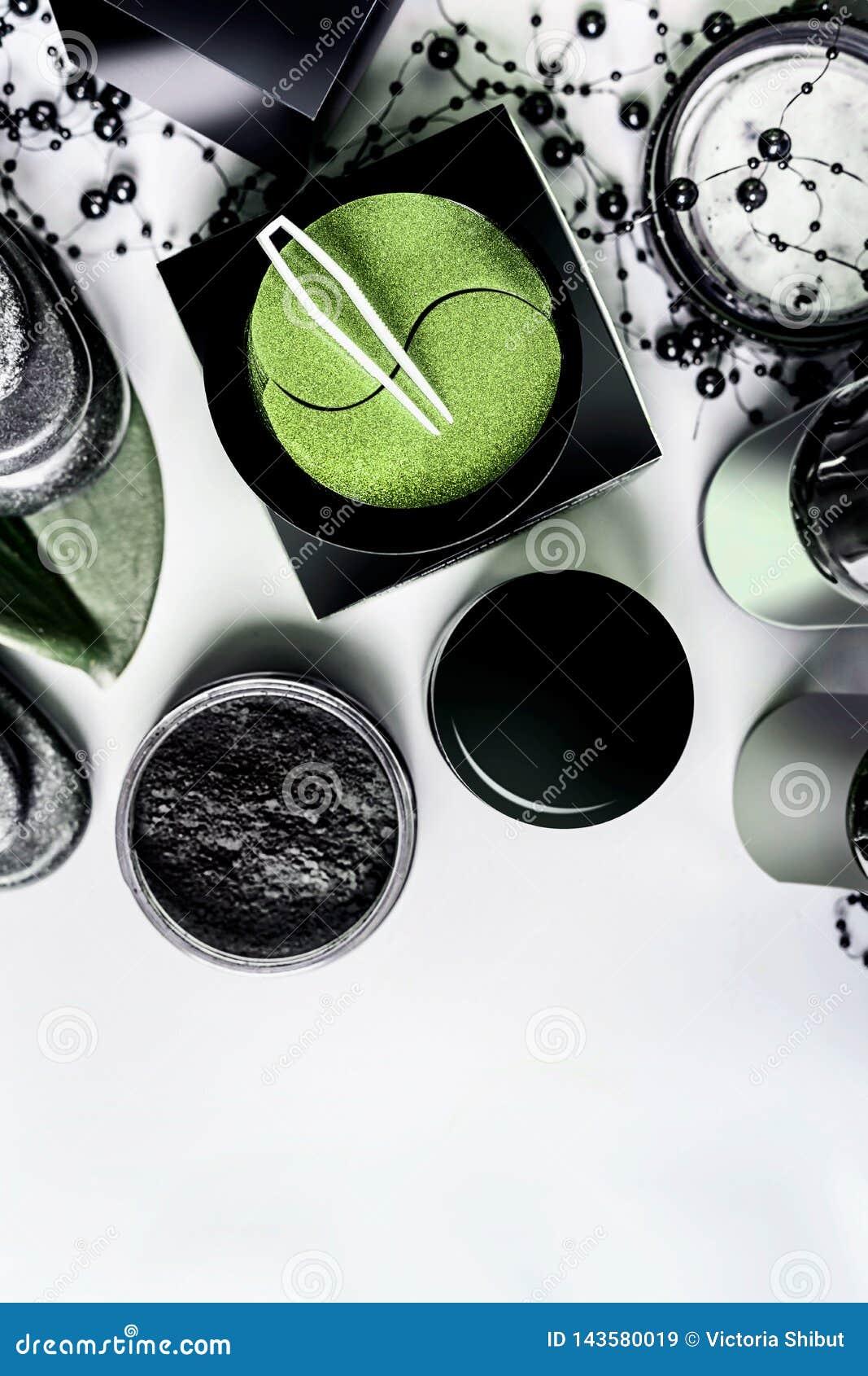 Twarzowi kosmetyczni produkty ustawia w czerni i brązu pakować kosmetyki naturalnych Nowożytna skóry opieka z oko węglem drzewnym