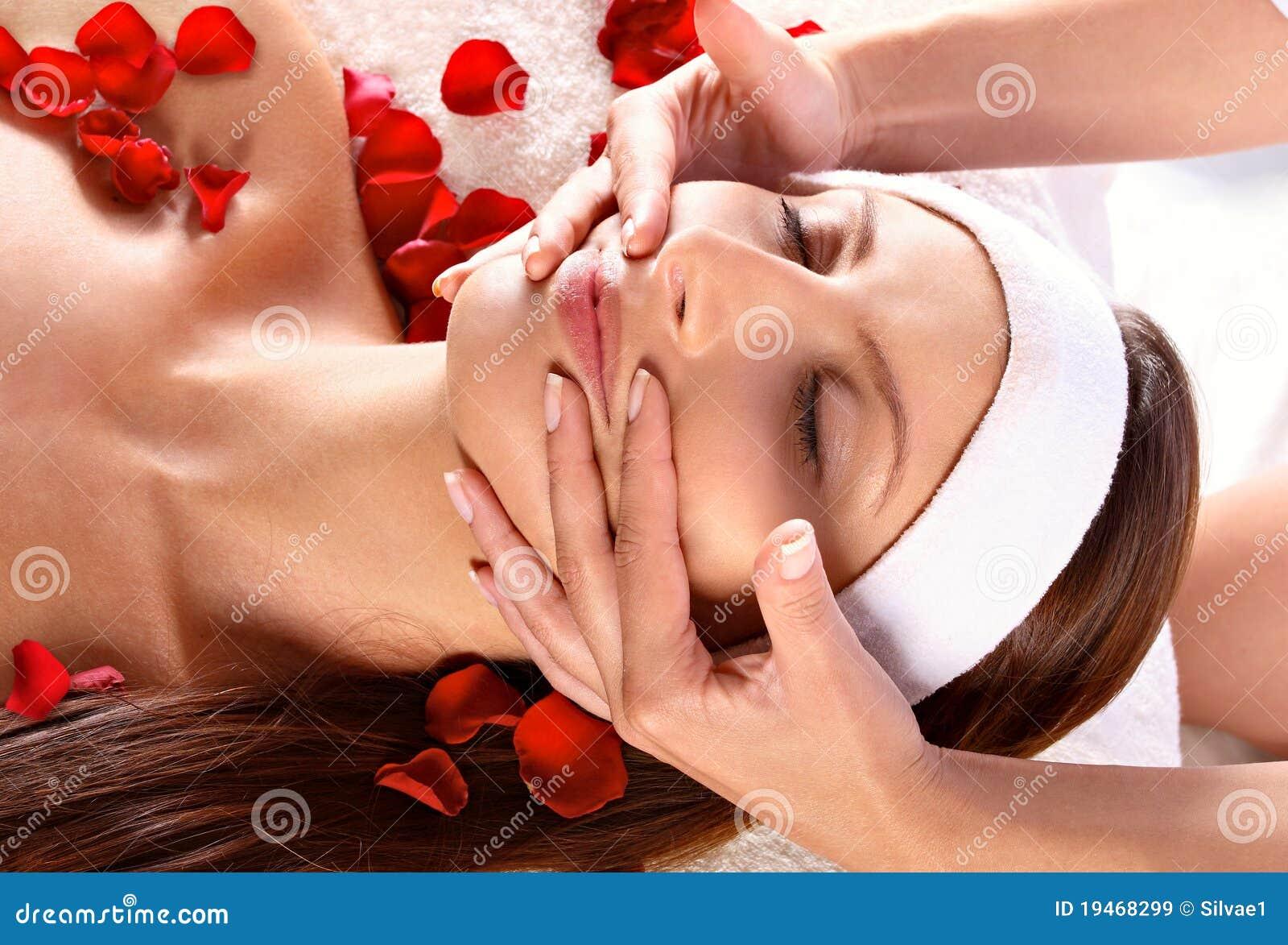 Twarzowy dziewczyny masażu dostawanie
