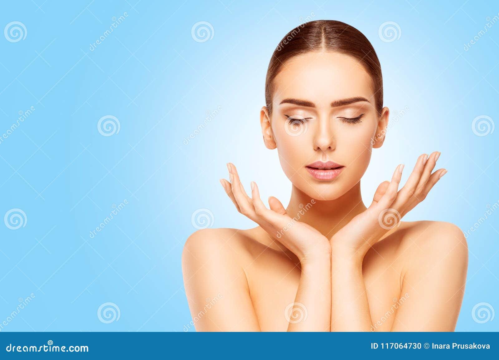 Twarzy i ręki piękna skóry opieka, kobieta Naturalna Uzupełniał, model na błękicie