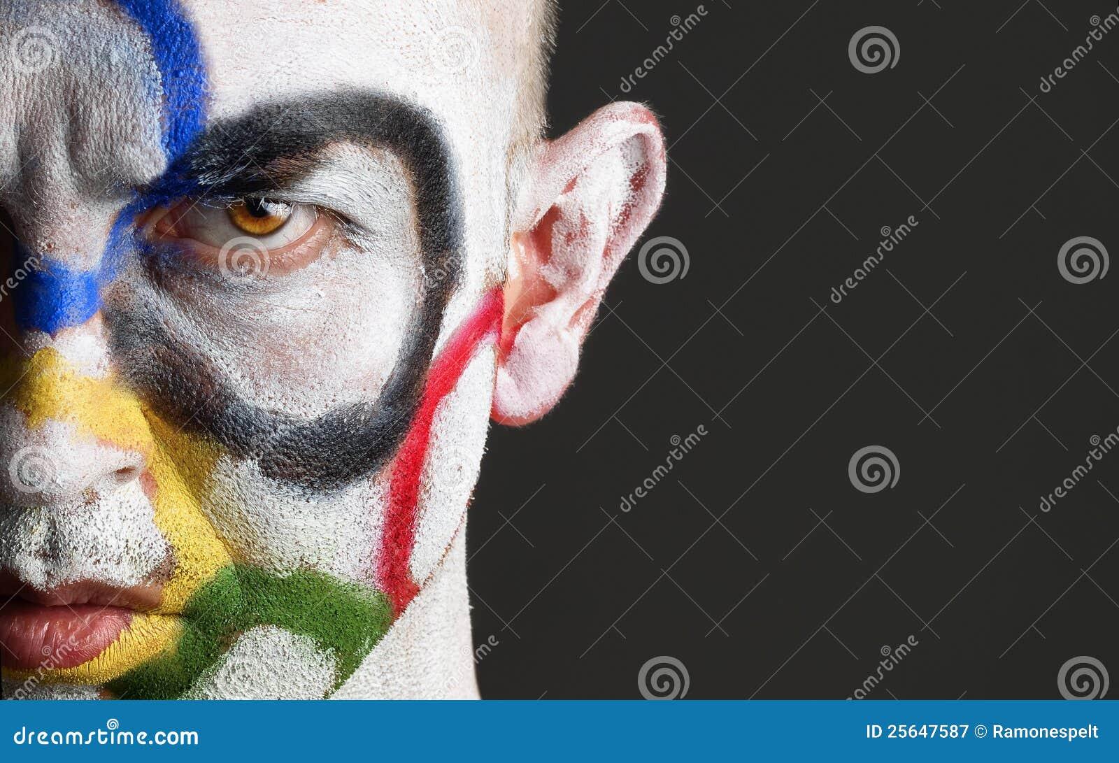 Twarzy mężczyzna olimpijscy malujący pierścionki