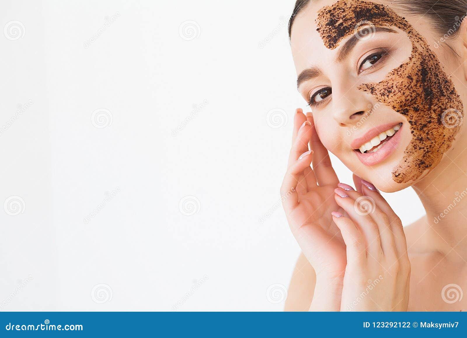 Twarzy skincare Młoda powabna dziewczyna robi czarnej węgiel drzewny masce o