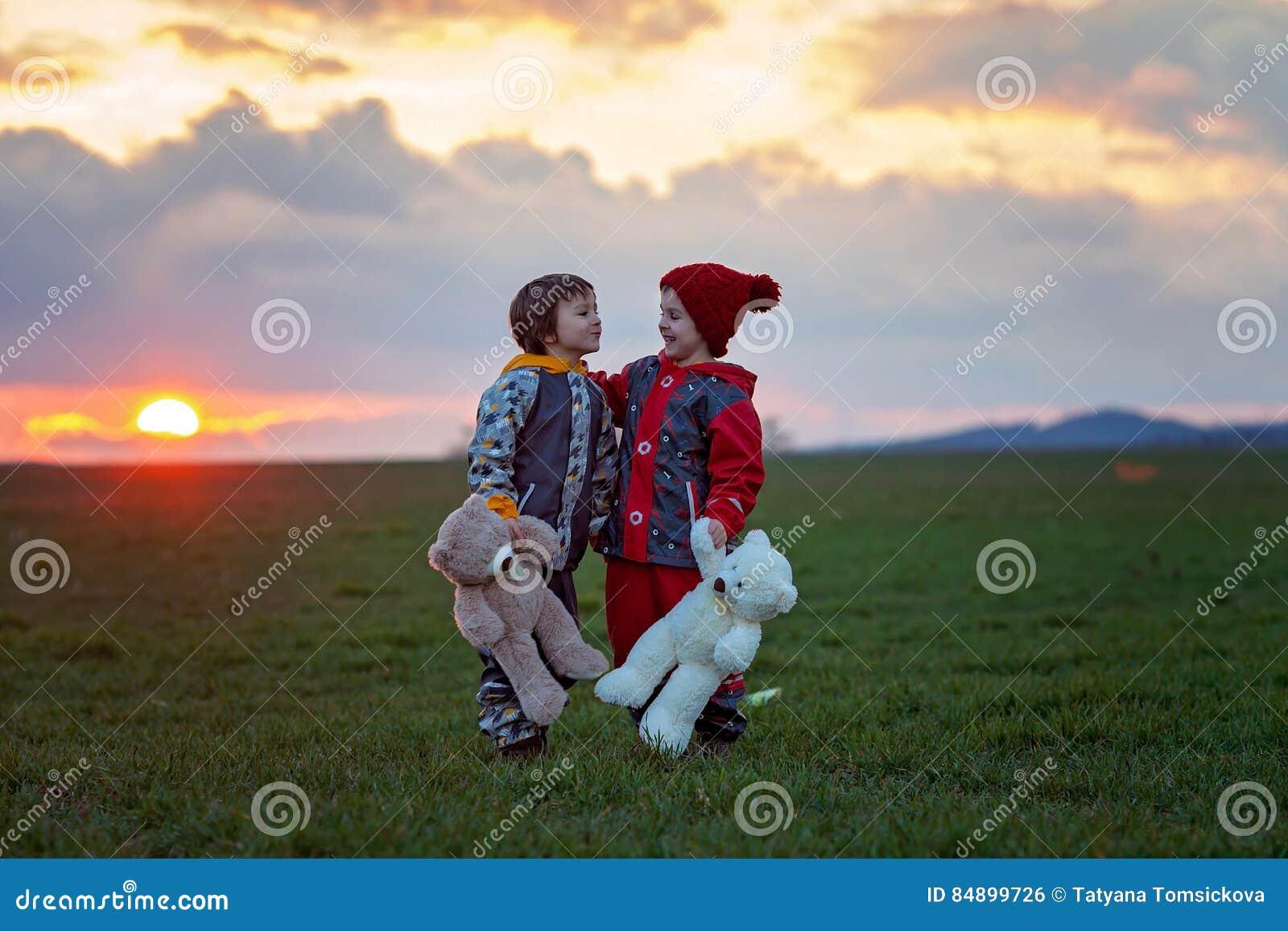 Twee aanbiddelijke kinderen, jongensbroers, het letten op mooie schitterend