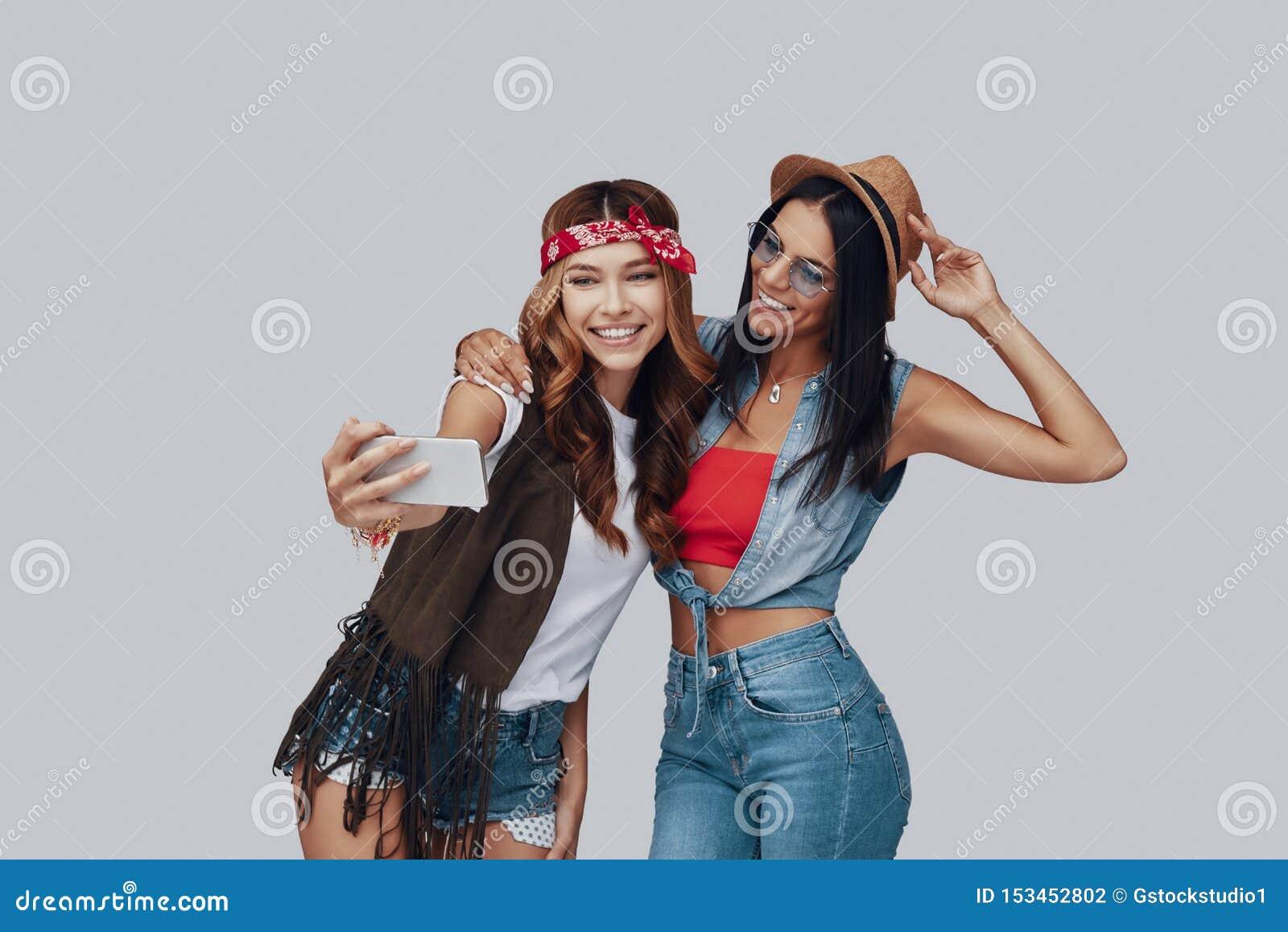 Twee aantrekkelijke modieuze jonge vrouwen