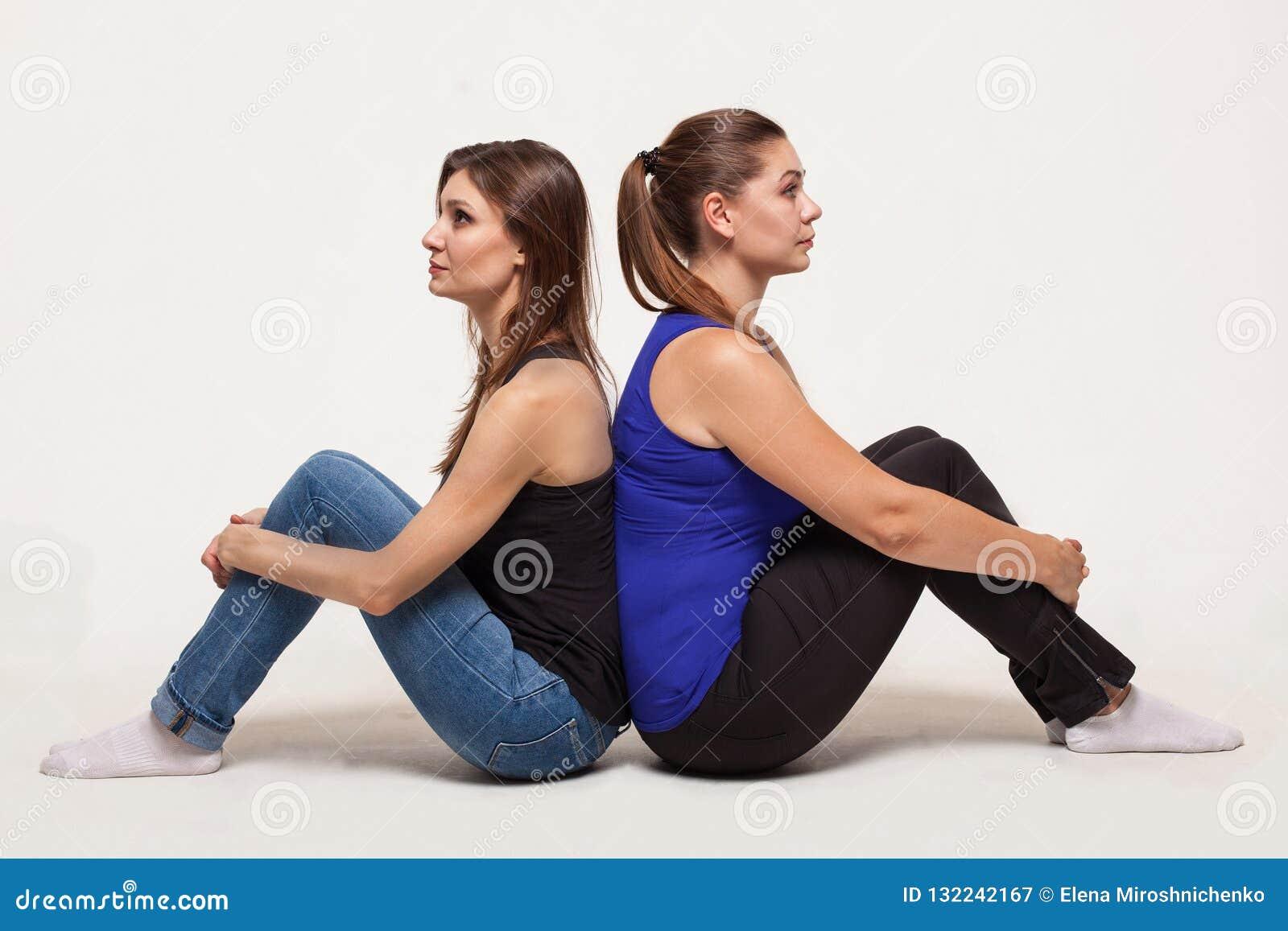 Twee aantrekkelijke vrouwen zitten rijtjes