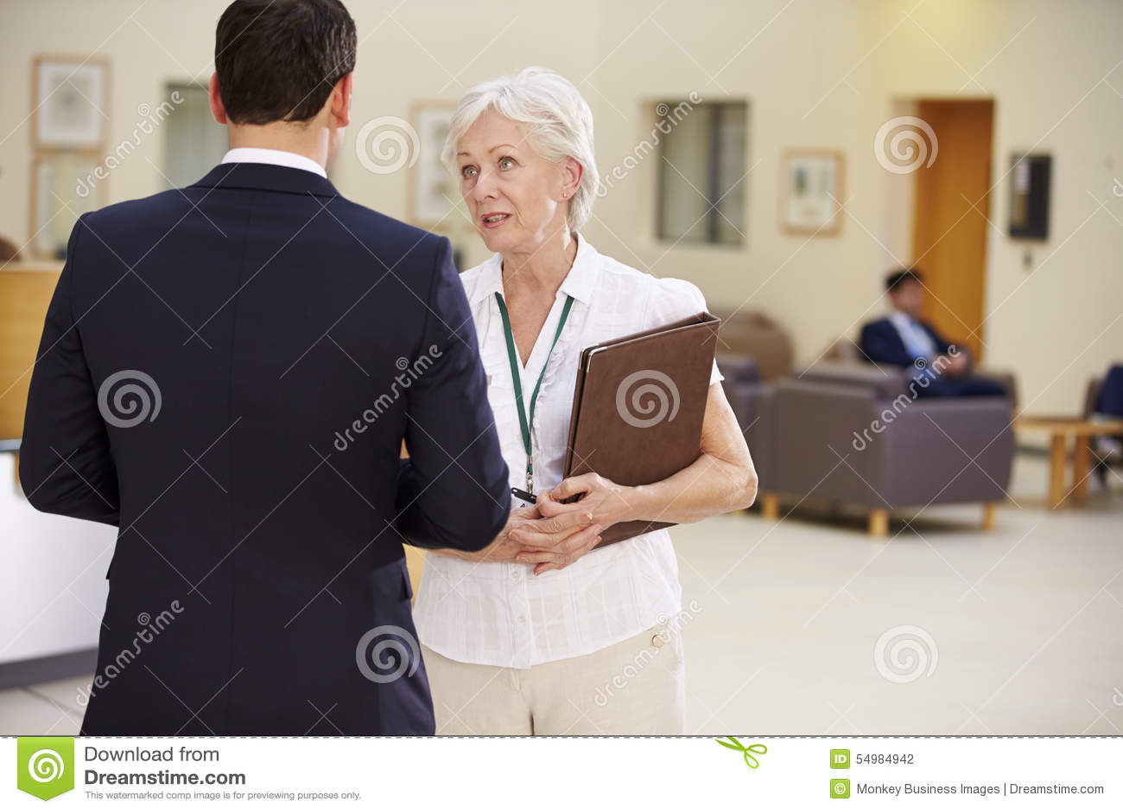 Twee Adviseurs die Geduldige Nota s in het Ziekenhuis bespreken