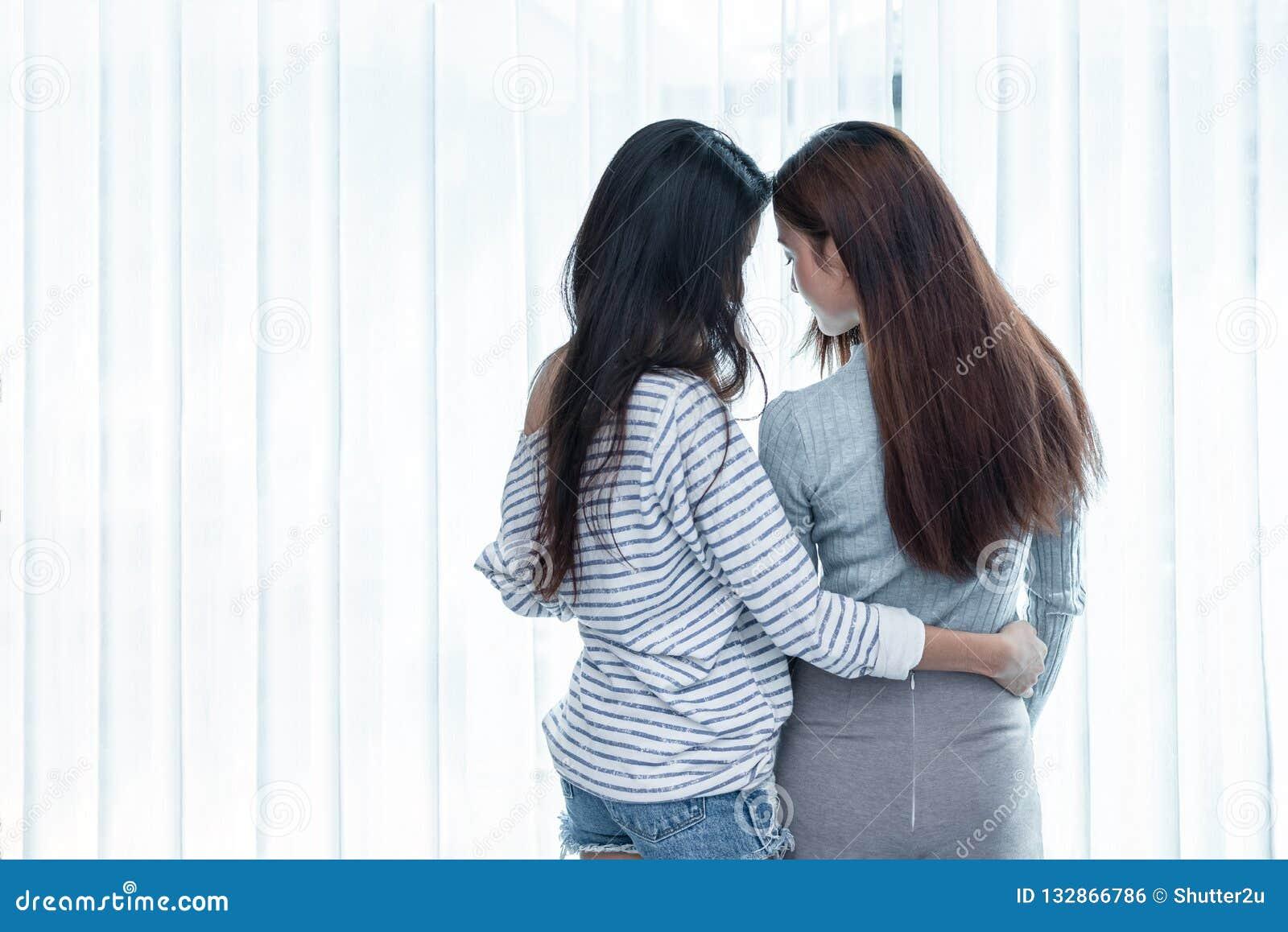 Twee Aziatische Lesbische vrouwen die samen in slaapkamer kijken Paarmensen en Schoonheidsconcept Gelukkige levensstijlen en them