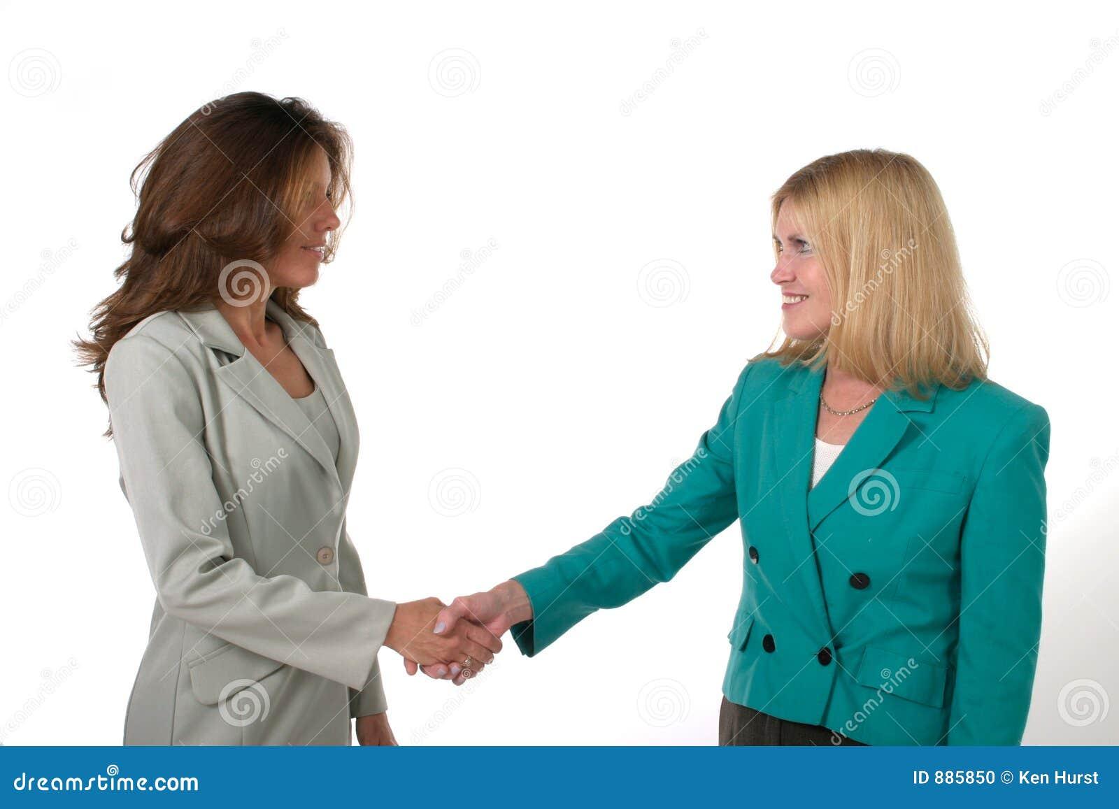 Twee BedrijfsVrouwen die Handen 1 schudden