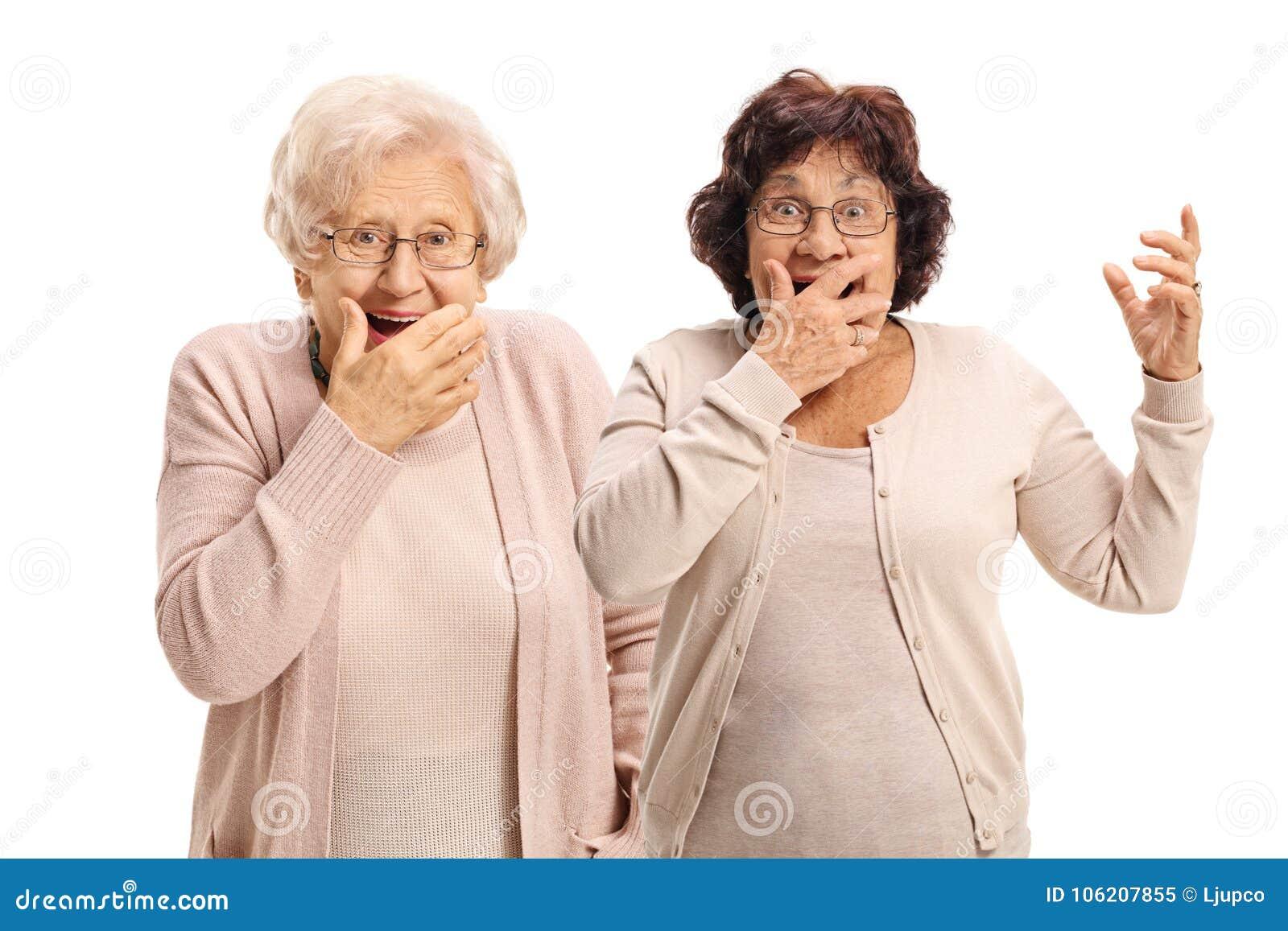 Twee bejaarden die verrassing gesturing