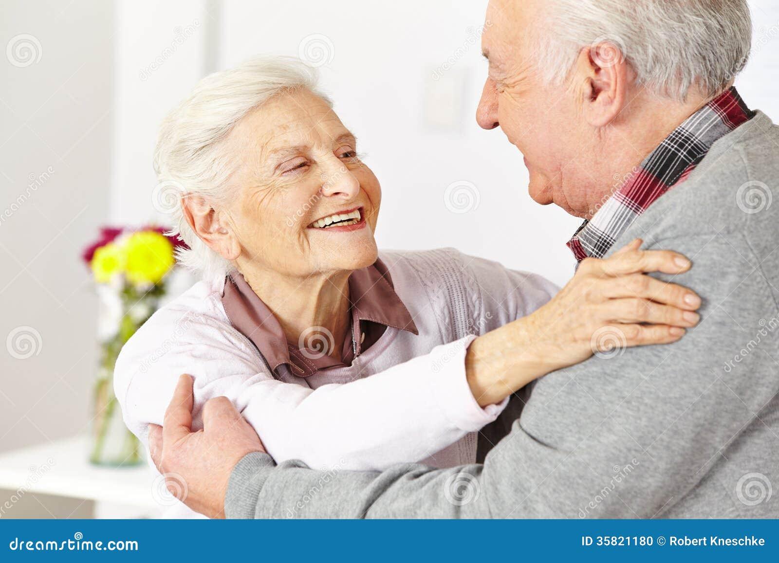Twee bejaarden het dansen