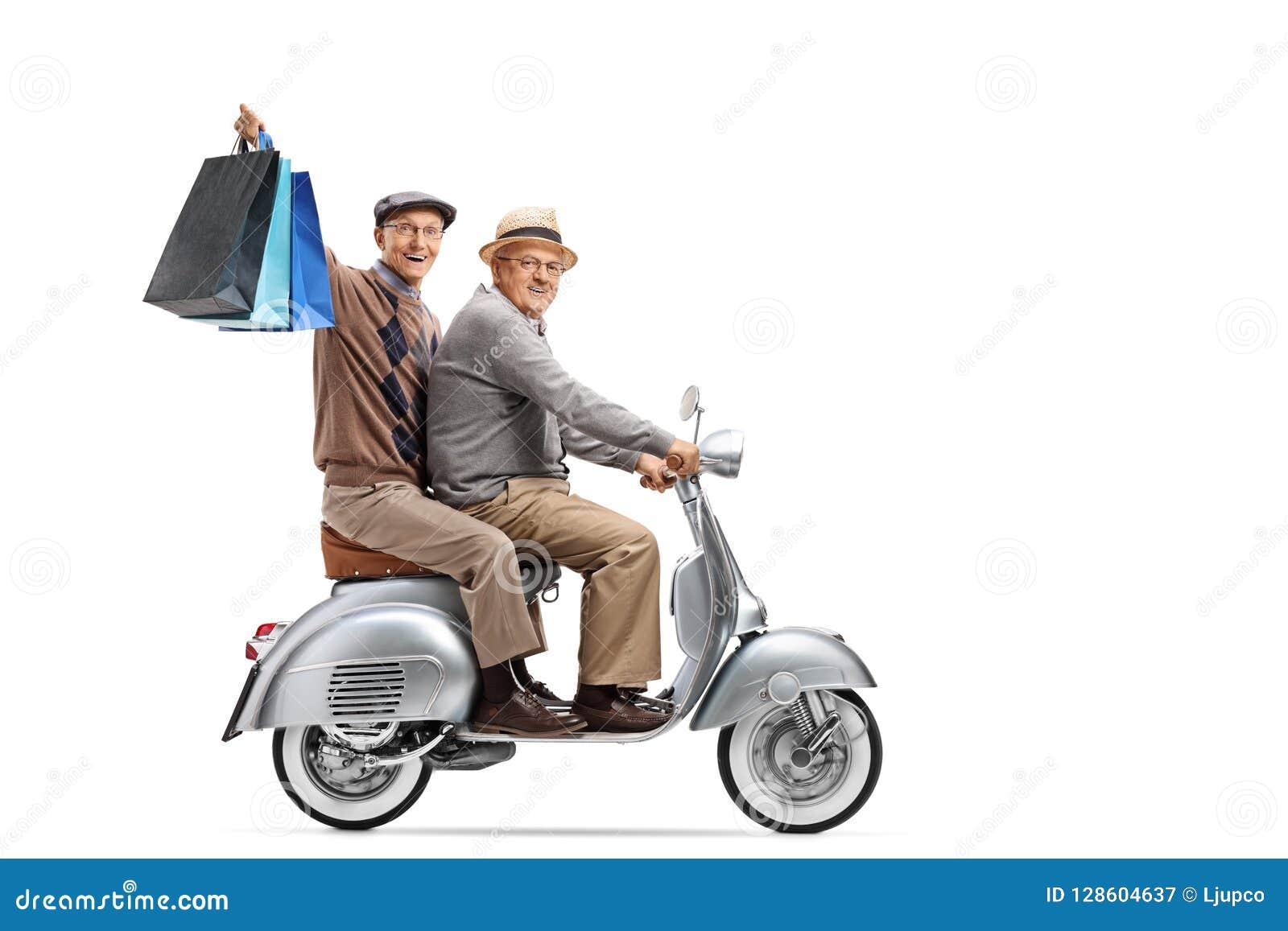 Twee bejaarden op een uitstekende autoped met het winkelen zakken