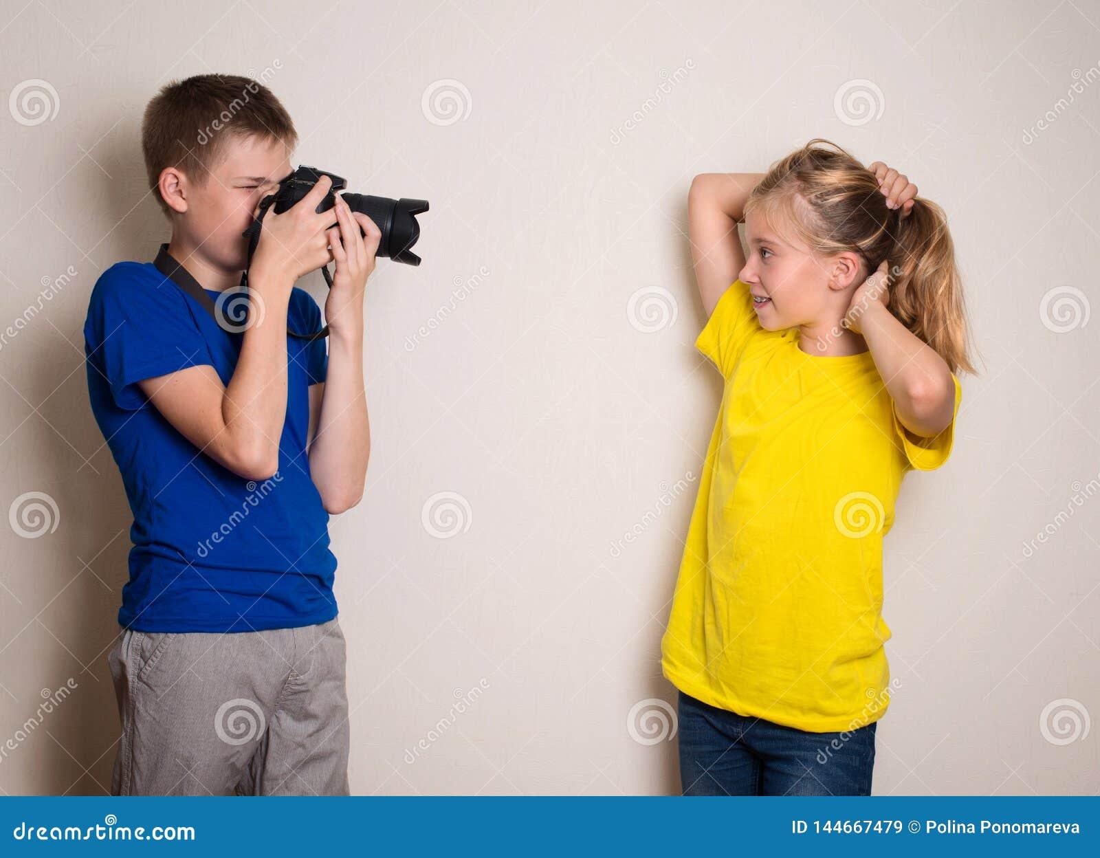 Twee beste vriendentienerjaren die foto op hun camera maken thuis, hebbend pret samen, vreugde en geluk