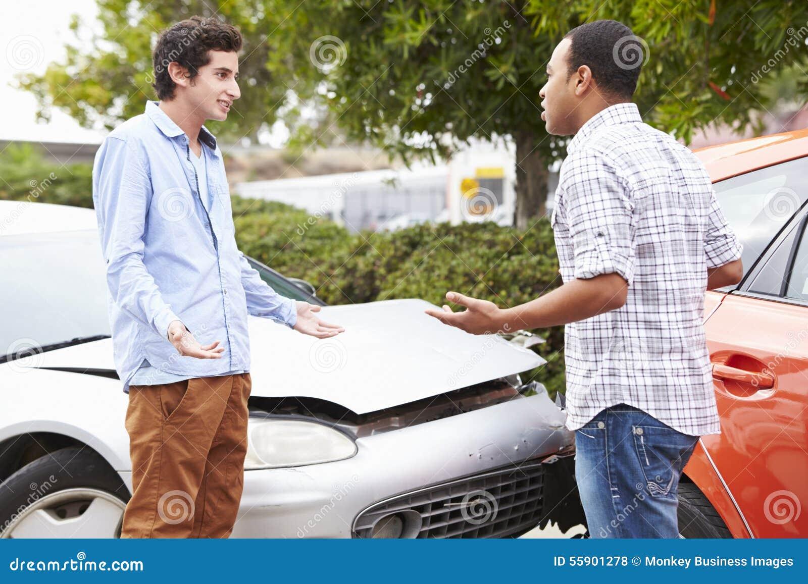 Twee Bestuurders die na Verkeersongeval debatteren