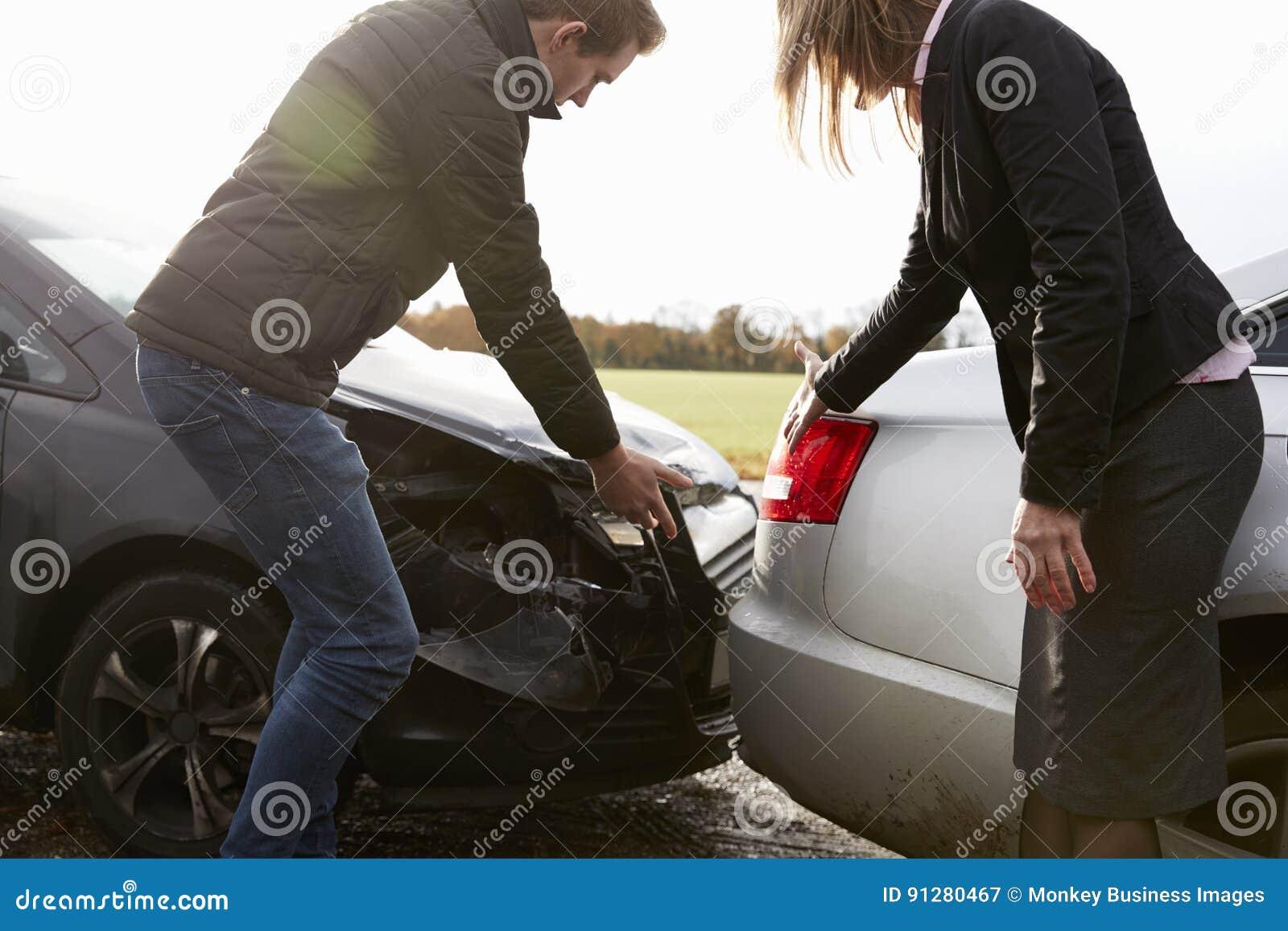 Twee Bestuurders die over Schade aan Auto s na Ongeval debatteren