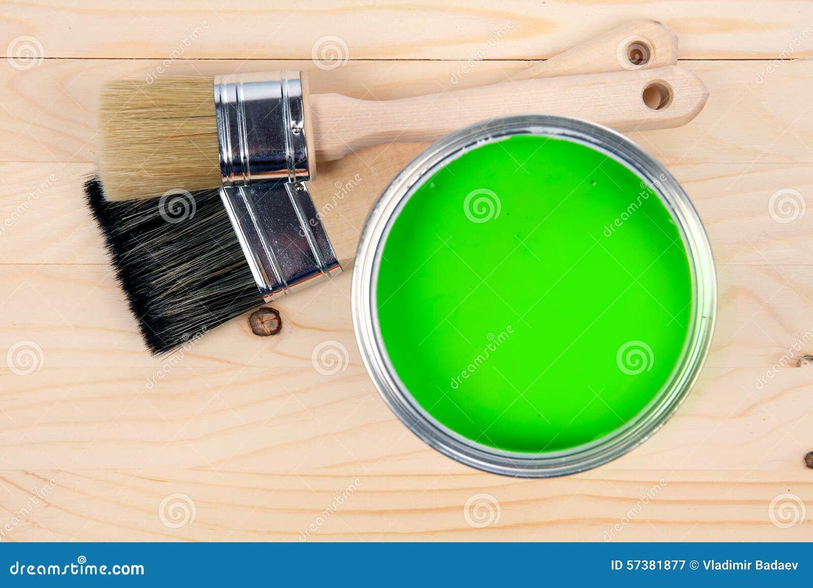 Twee borstels en groene verfemmer