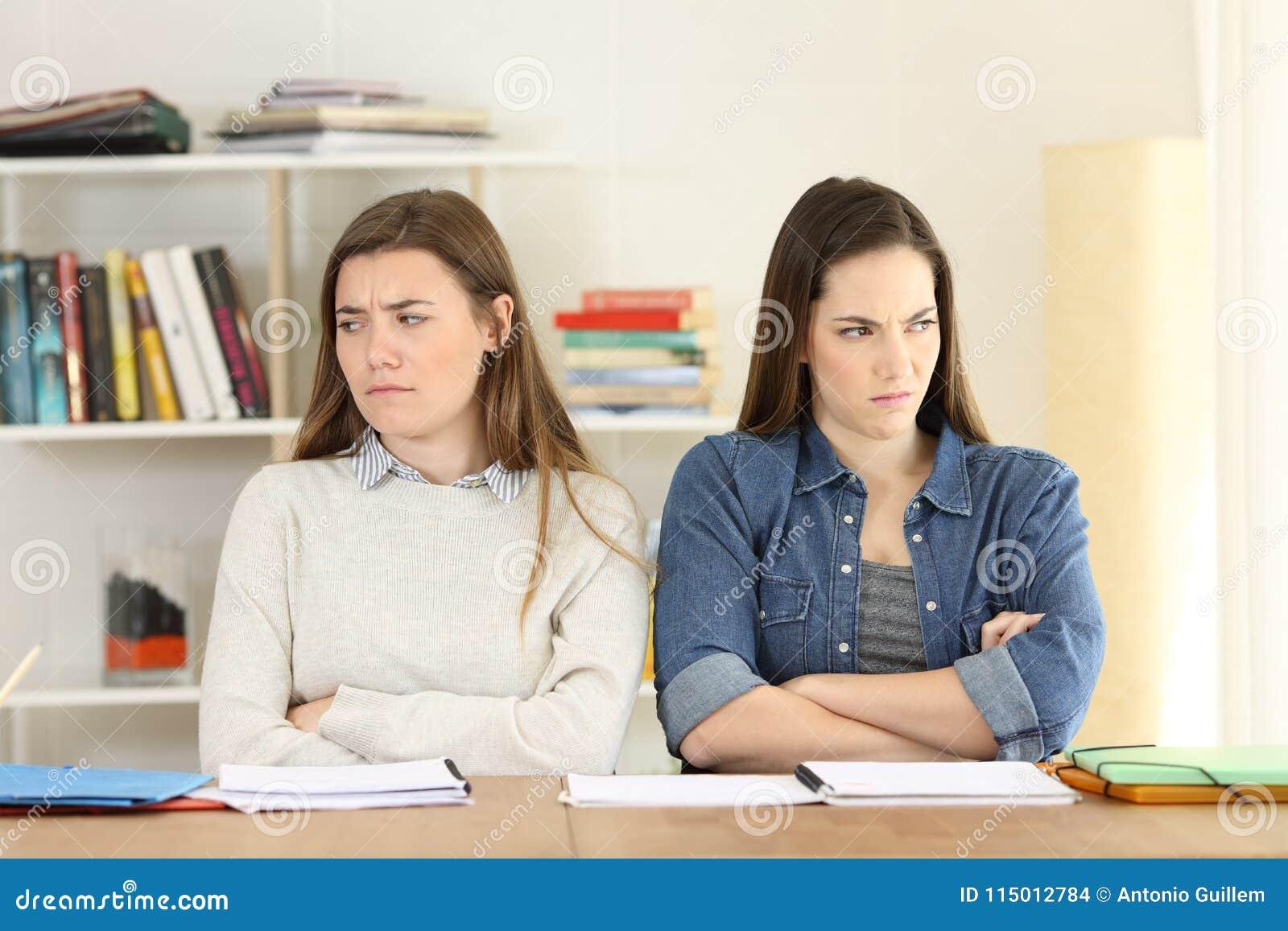 Twee boze studenten thuis