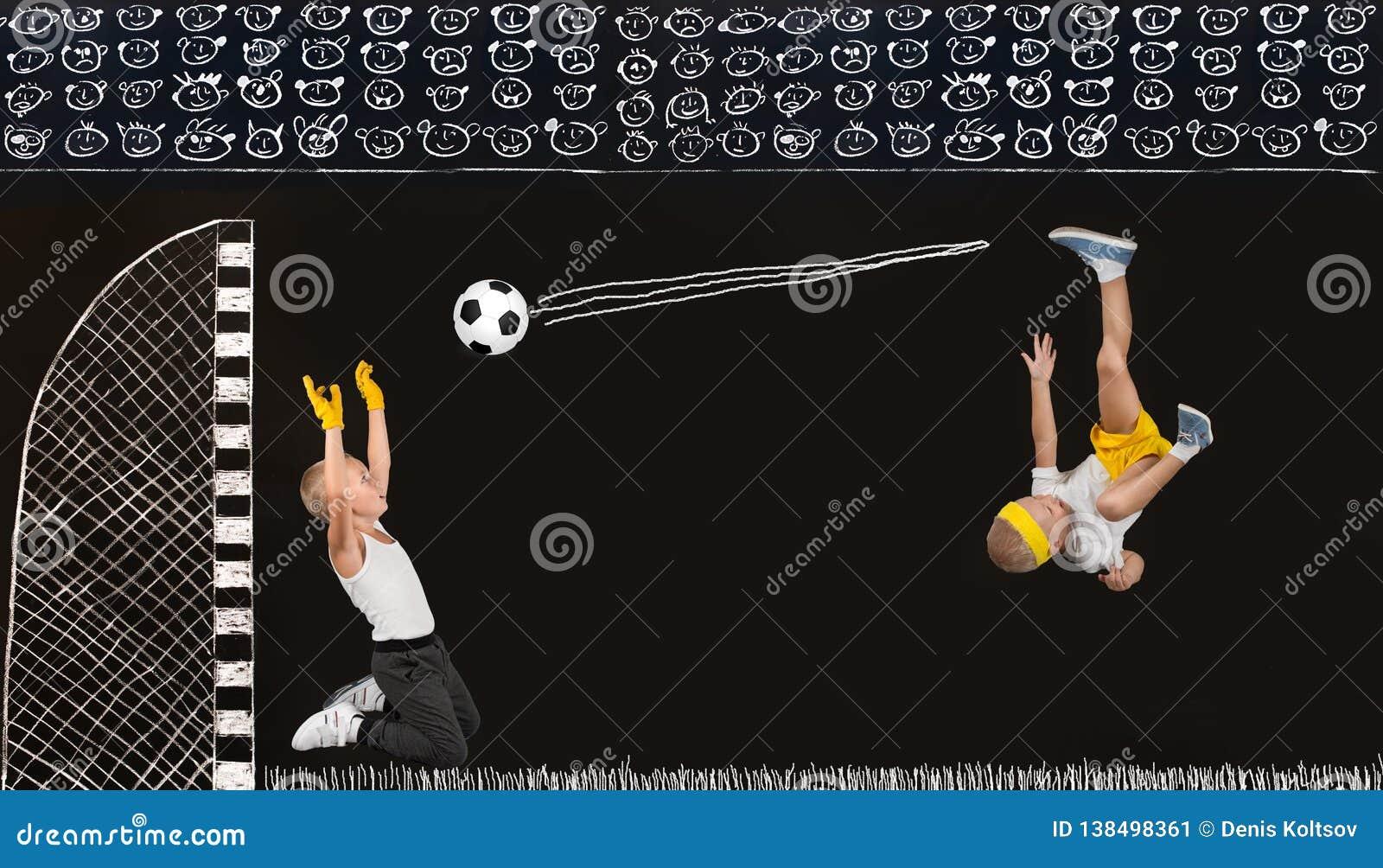 Twee broers spelen voetbal Tekeningen in krijt op de muur