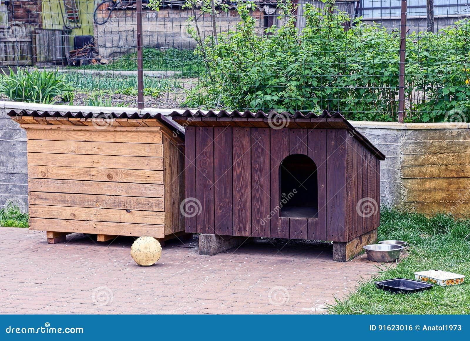 Twee cabines van het hondhuis in de werf