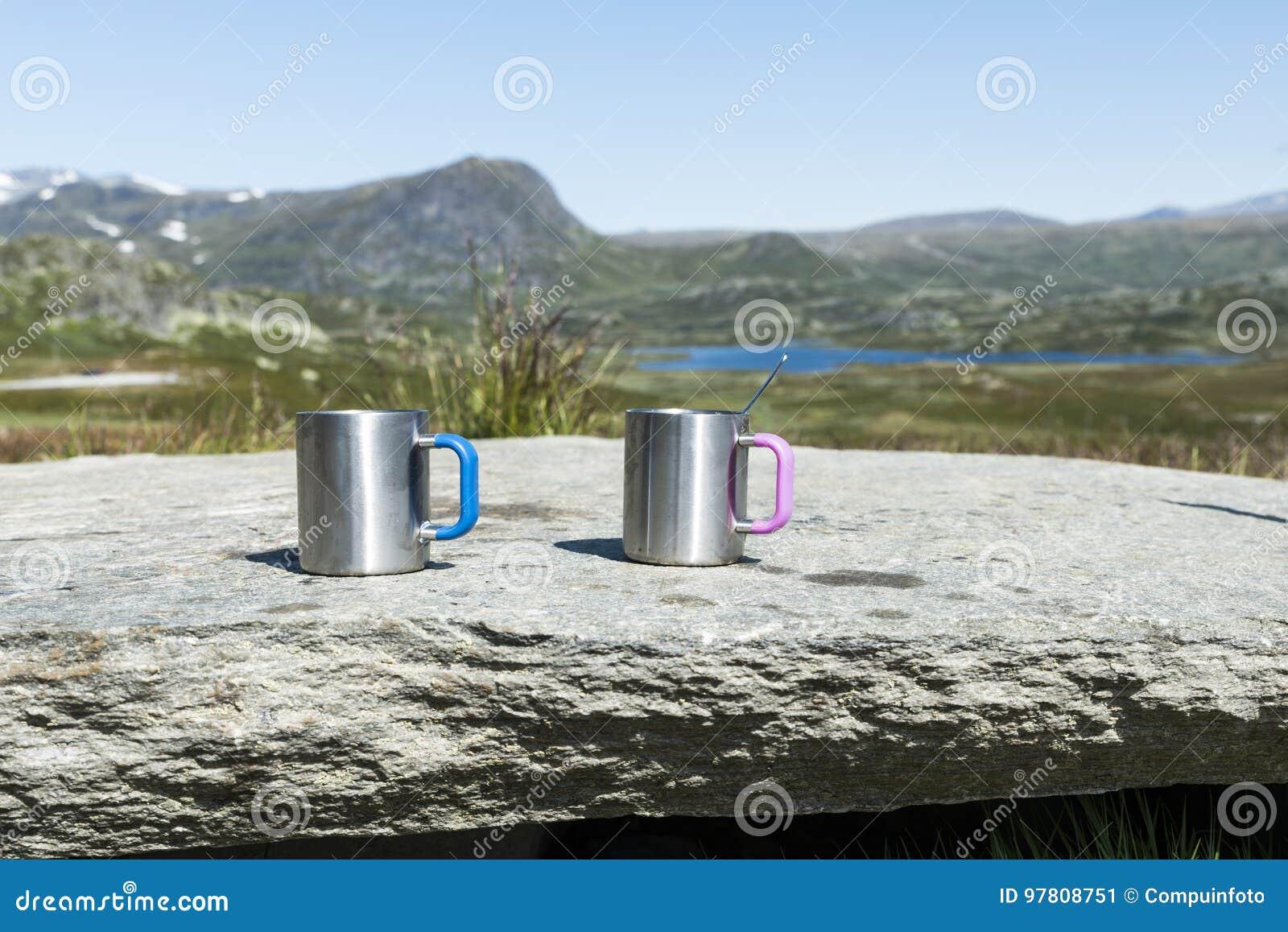 Twee coffee cups on the rocks