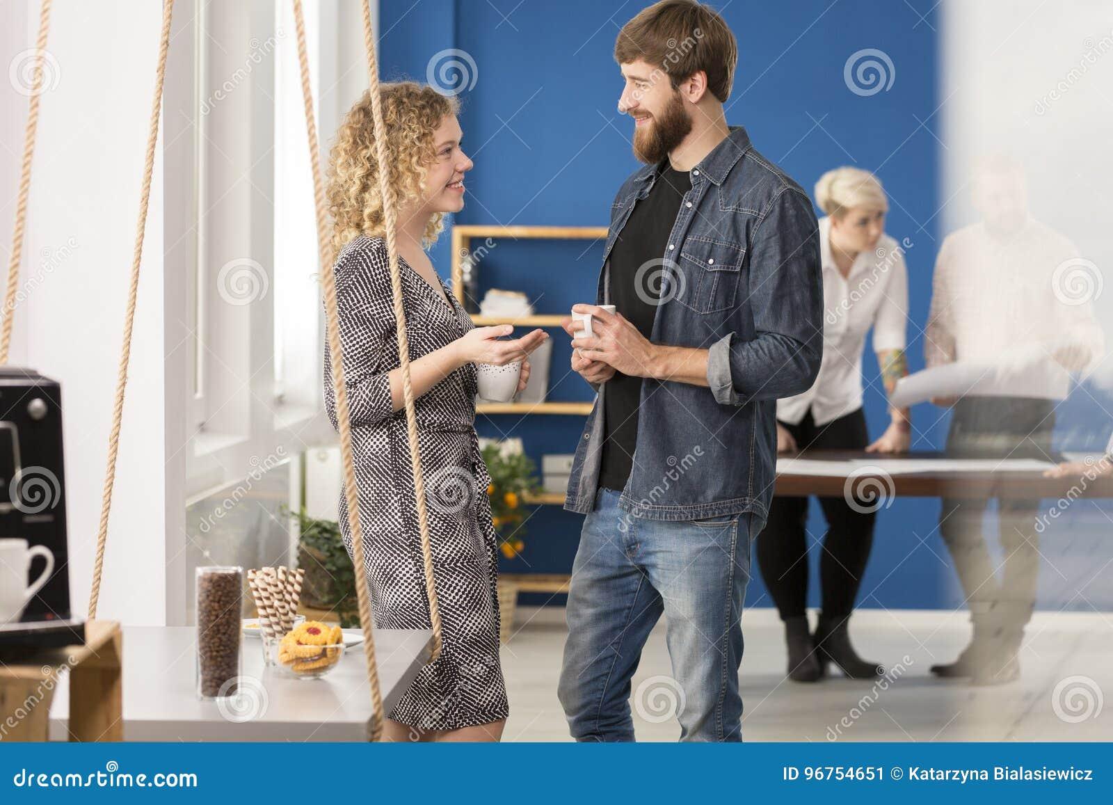 Twee collega s die koffie drinken