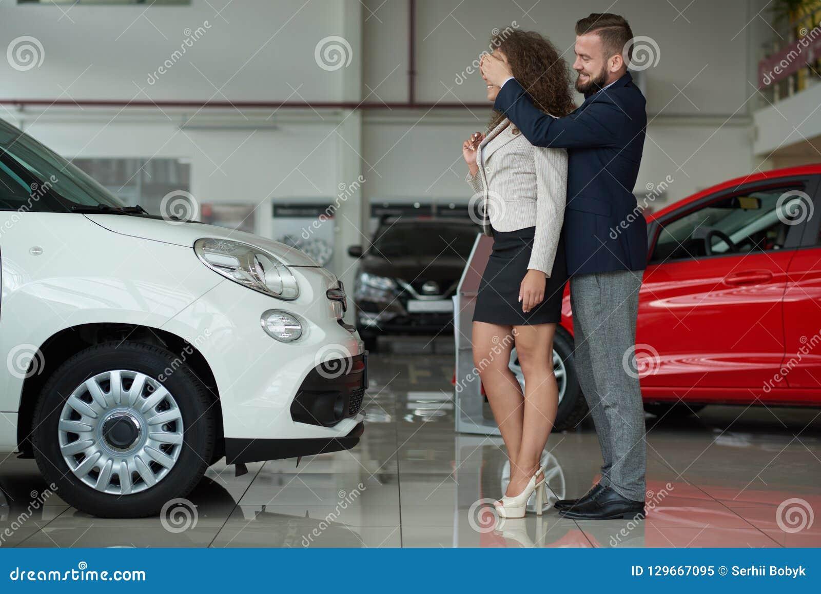 Twee die zich in de man van het autocentrum holdingshanden bevinden op het oog van de vrouw