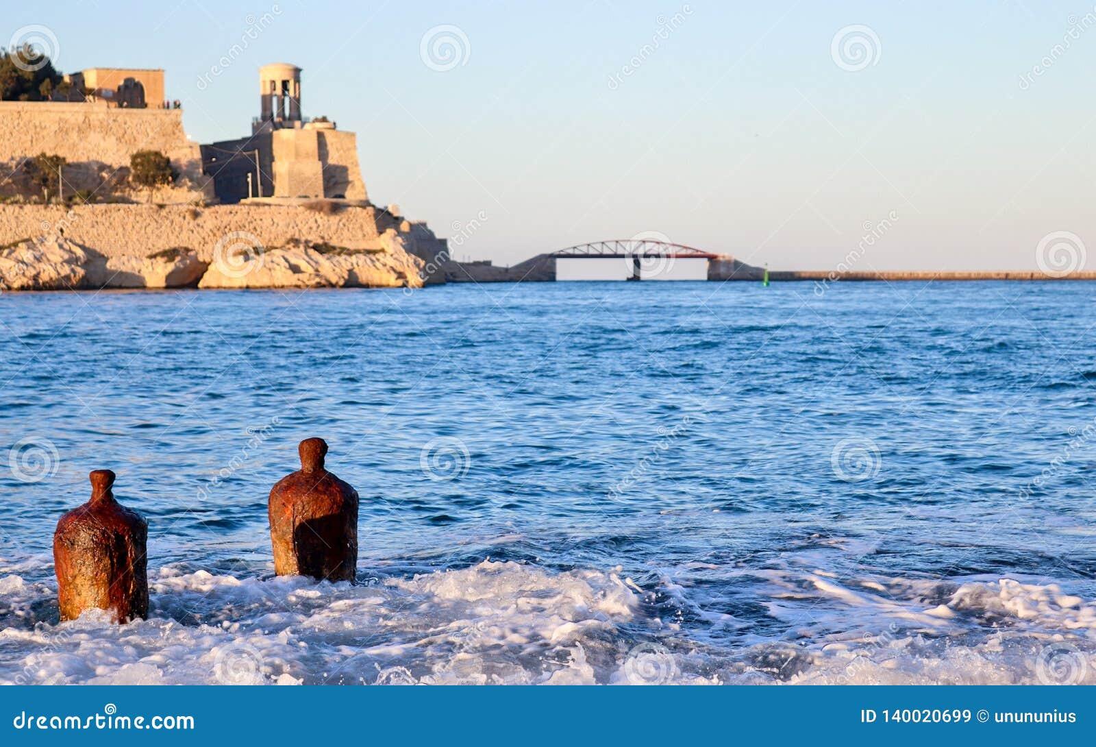 Twee eenzame boeien in het grote Fort van de havenbaai op achtergrond