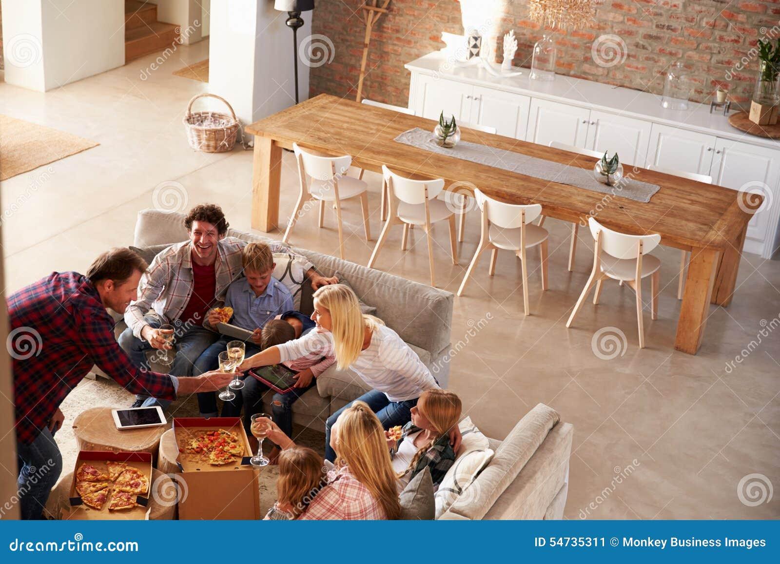 Twee families die tijd samen thuis doorbrengen