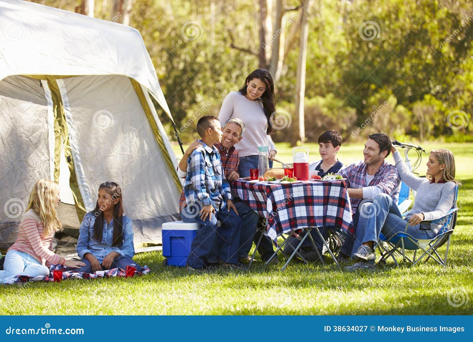 Twee Families die van Kampeervakantie in Platteland genieten