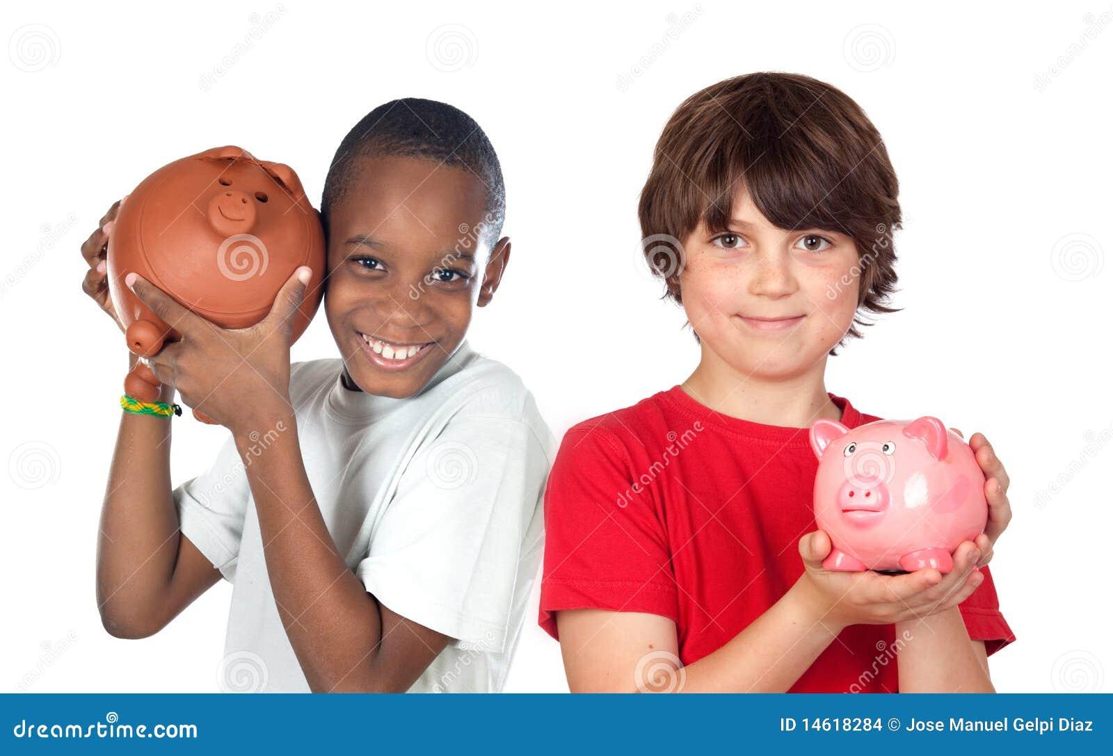 Twee gelukkige kinderen met moneyboxbesparingen