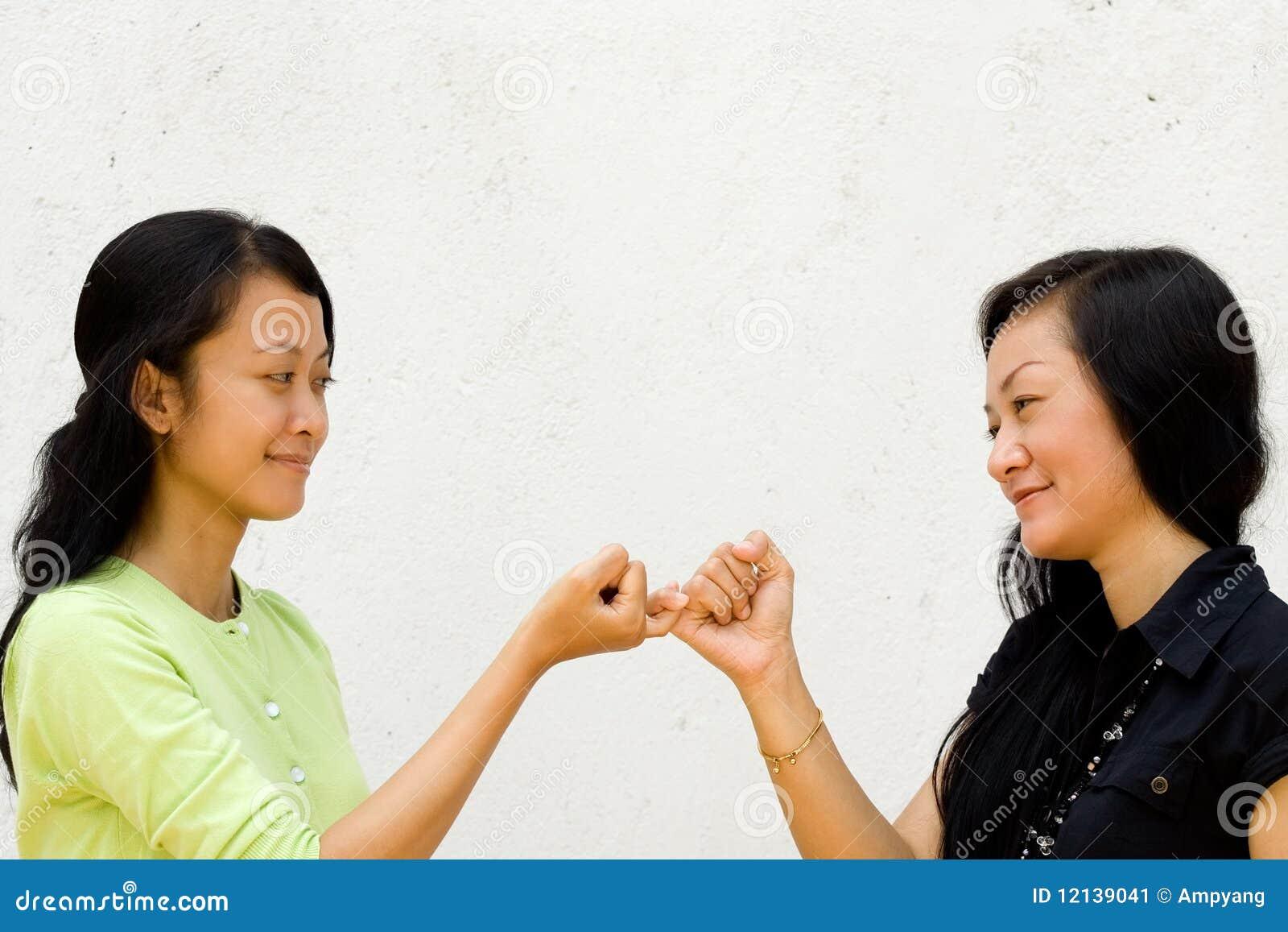 Twee Gelukkige Meisjes Maken Vrede Aan Elkaar Stock