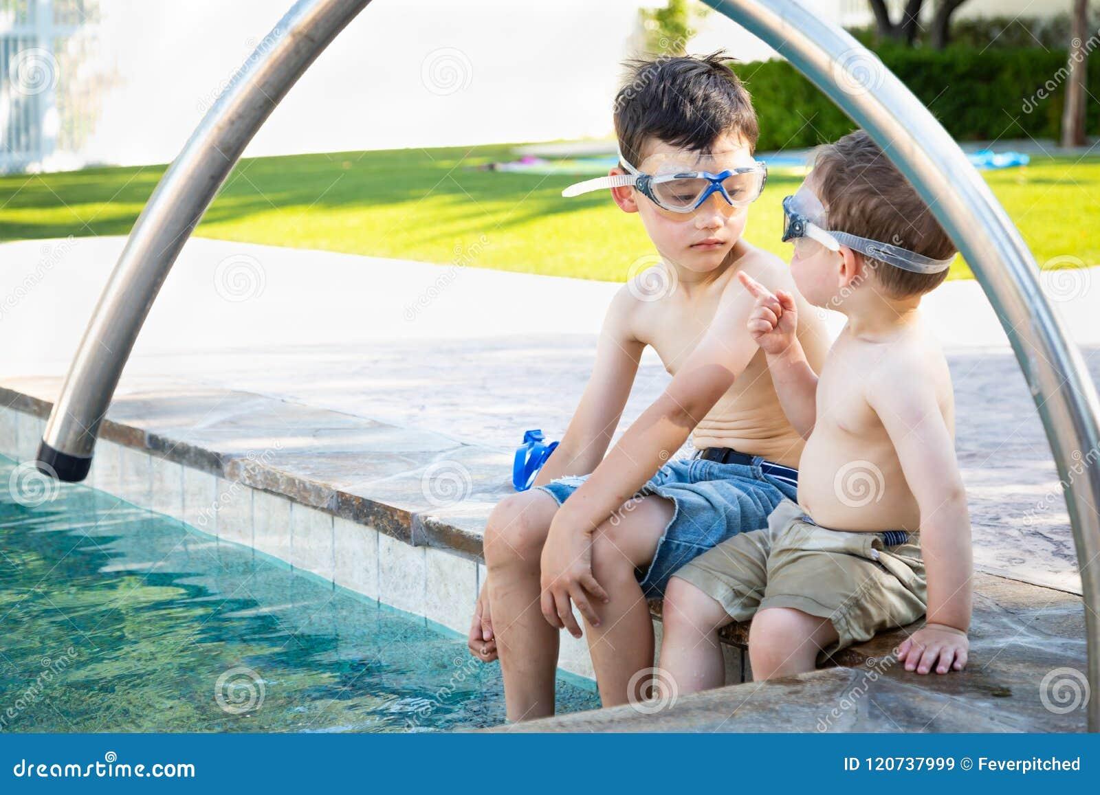 Twee Gemengde Punten van de Ras Chinese Kaukasische Baby aan Broer Wearing Swimming Goggles