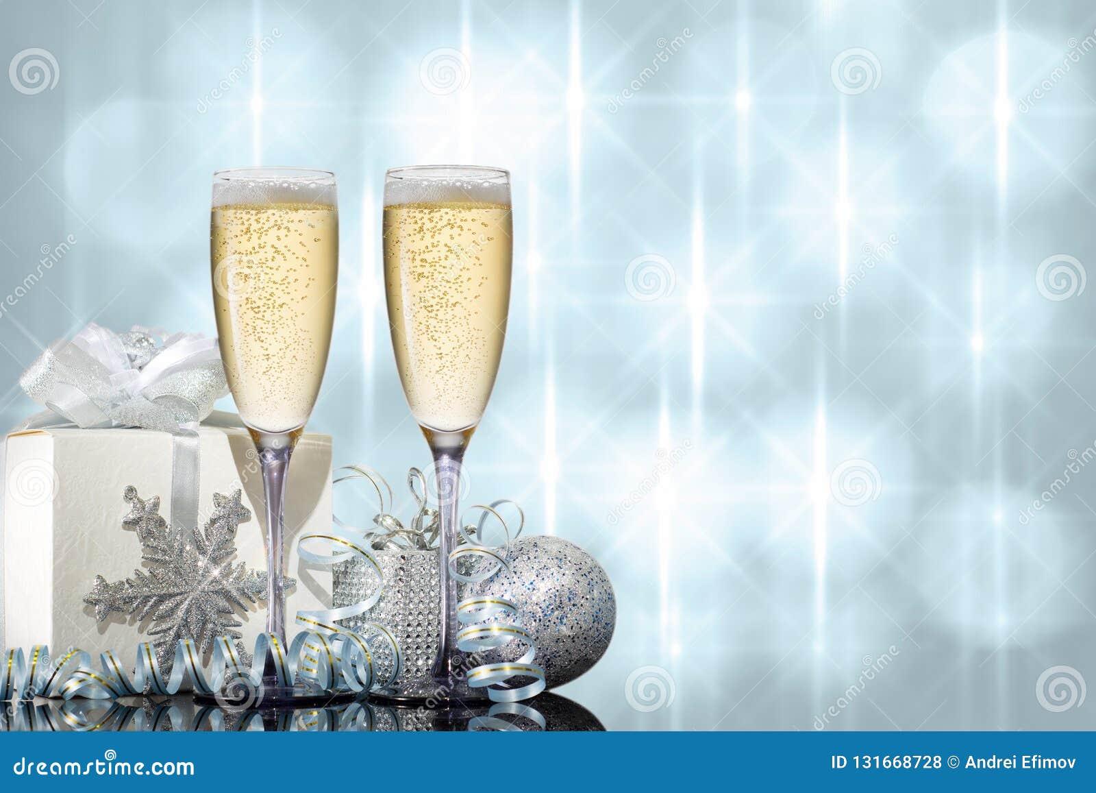 Twee glazen champagne met gift en Kerstmisspeelgoed