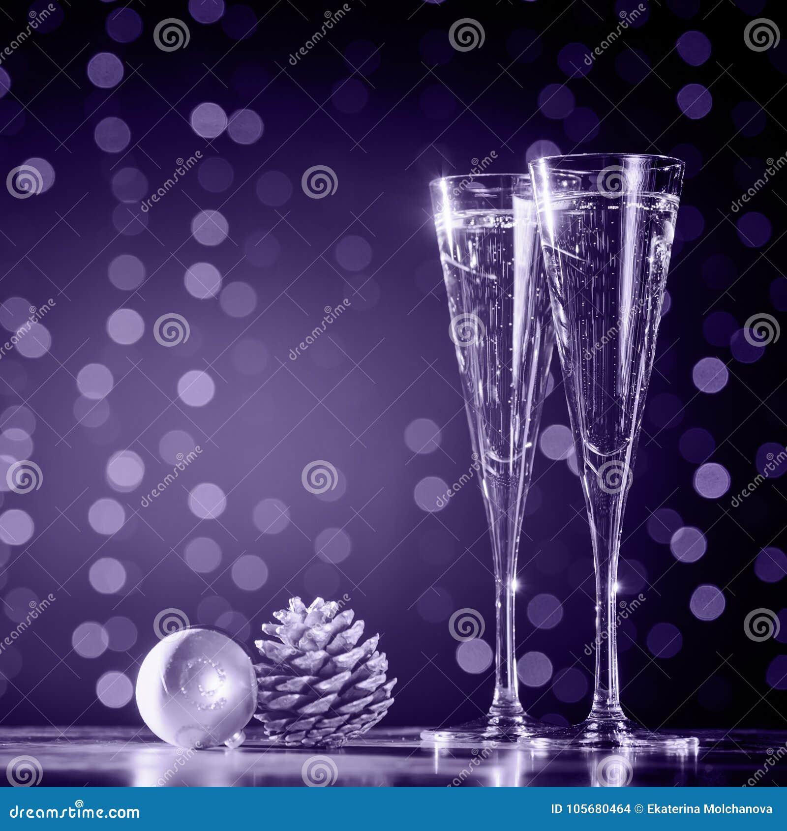 Twee glazen champagne met Kerstmisspeelgoed Feestelijke lichten bok