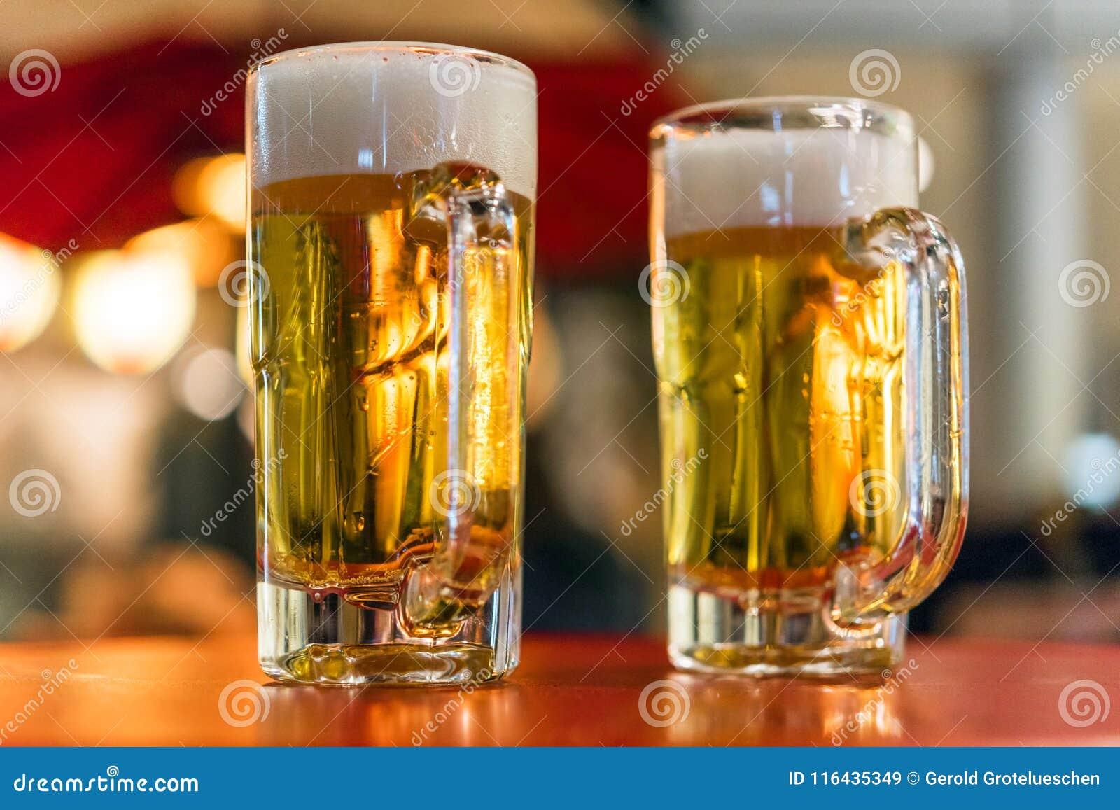 Twee glazen met bier op de lijst, Tokyo, Japan Close-up