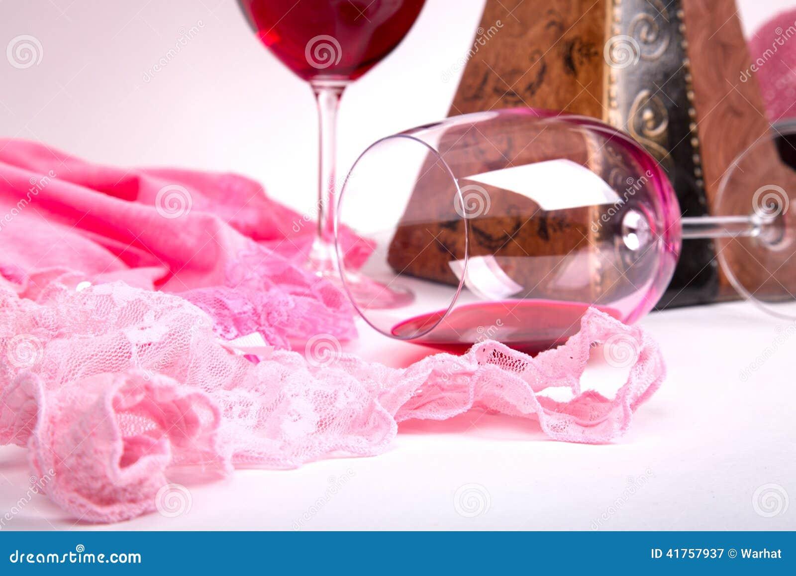 Twee glazen rode wijn op een witte achtergrond van ongeveer roze ...