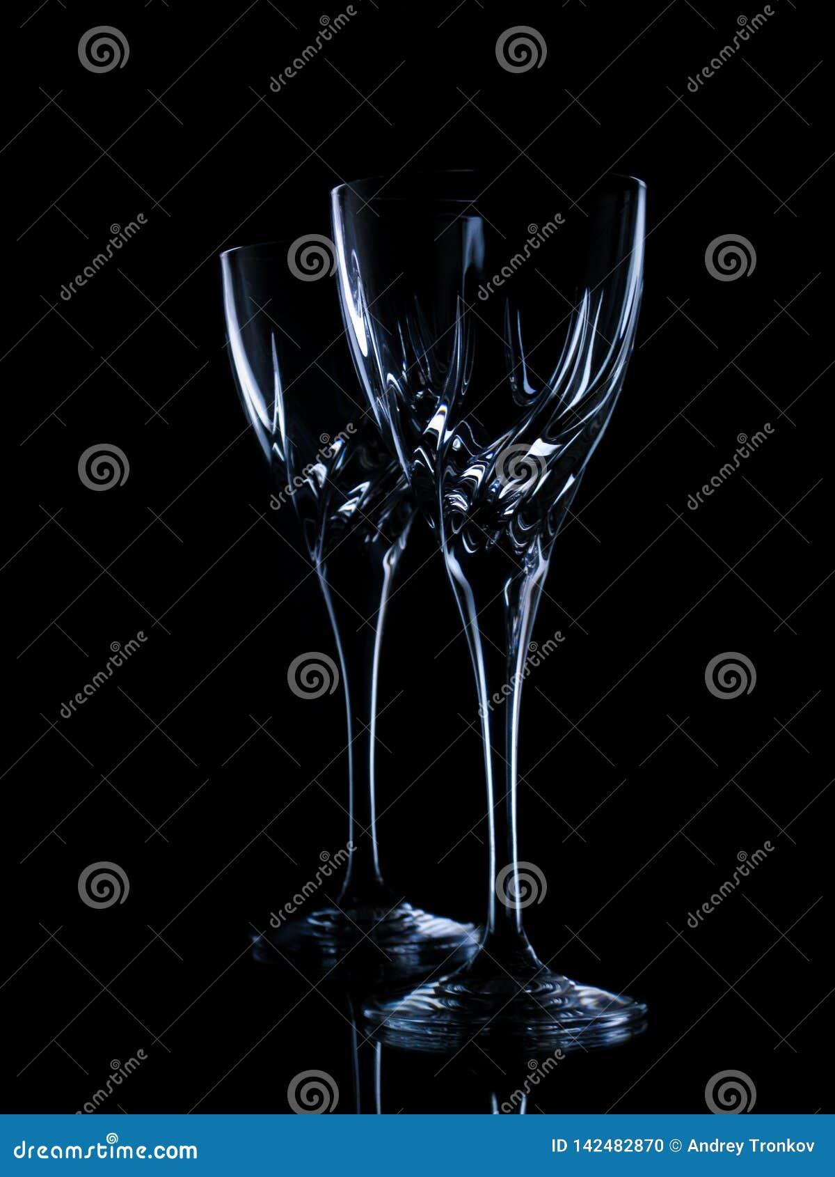 Twee glazen voor wijn op een zwarte achtergrond