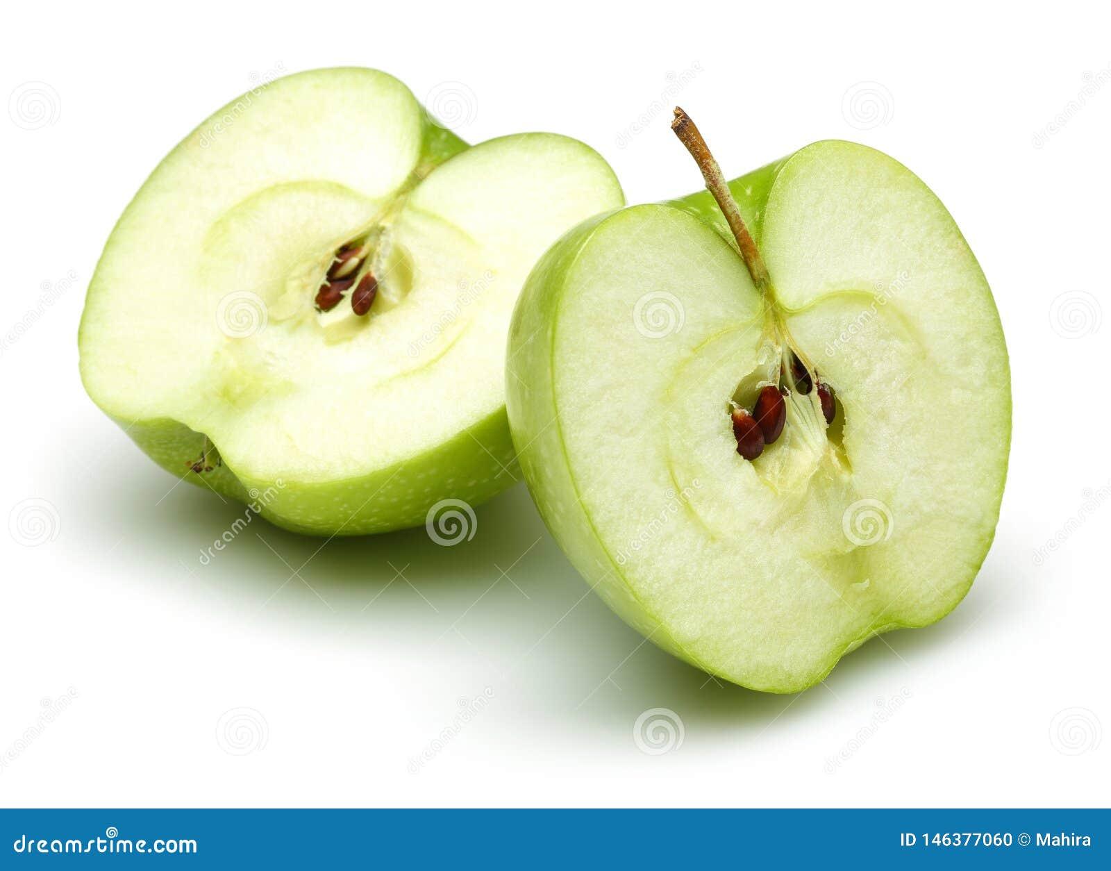 Twee halve groene appelen die op wit worden geïsoleerd