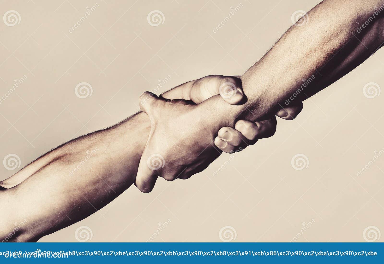 Twee handen, die hand van een vriend helpen Handdruk, wapens, vriendschap Vriendschappelijke handdruk, vrienden die, groepswerk b