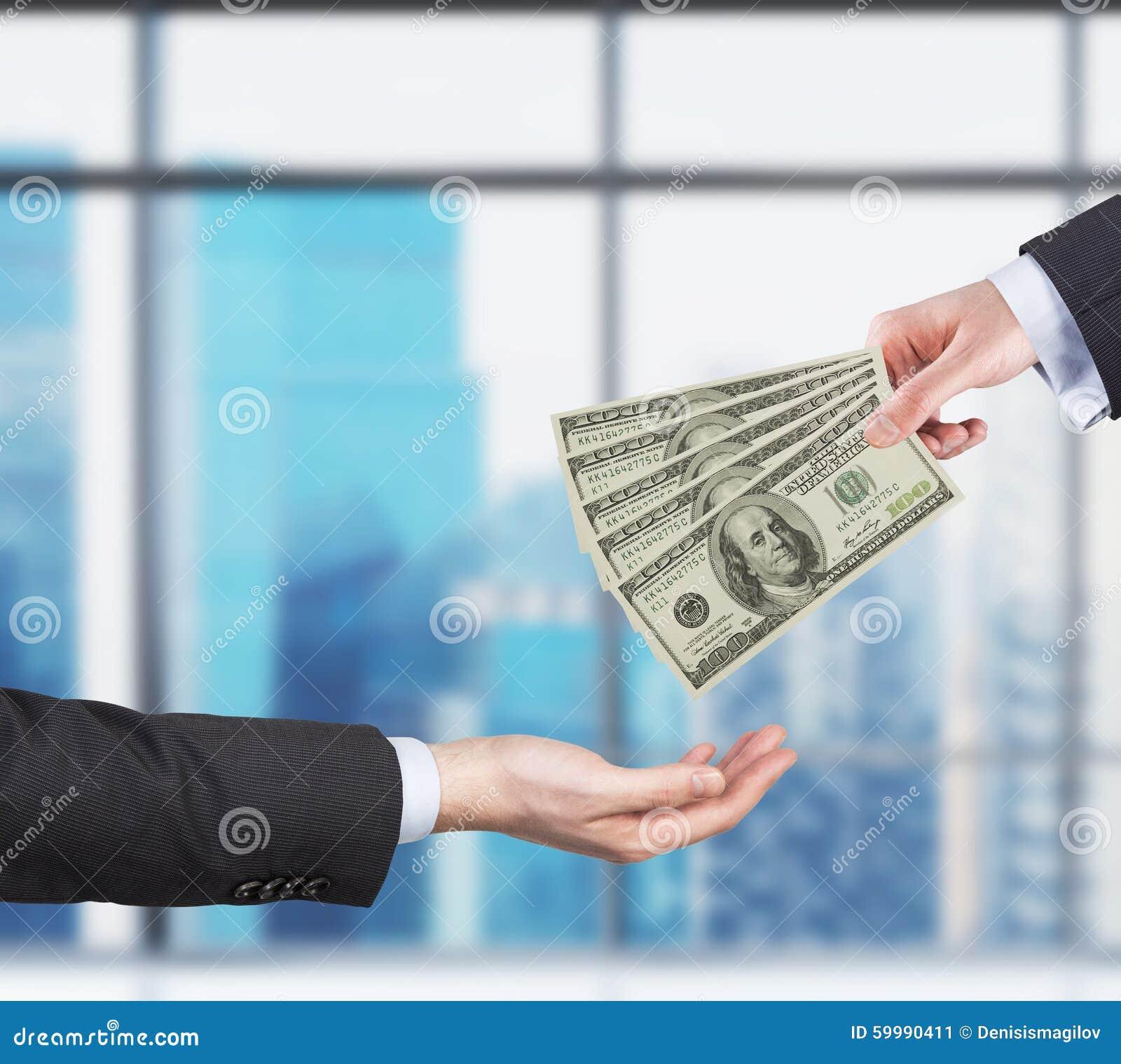 Twee handen, geld die proces overbrengen Geld - USD