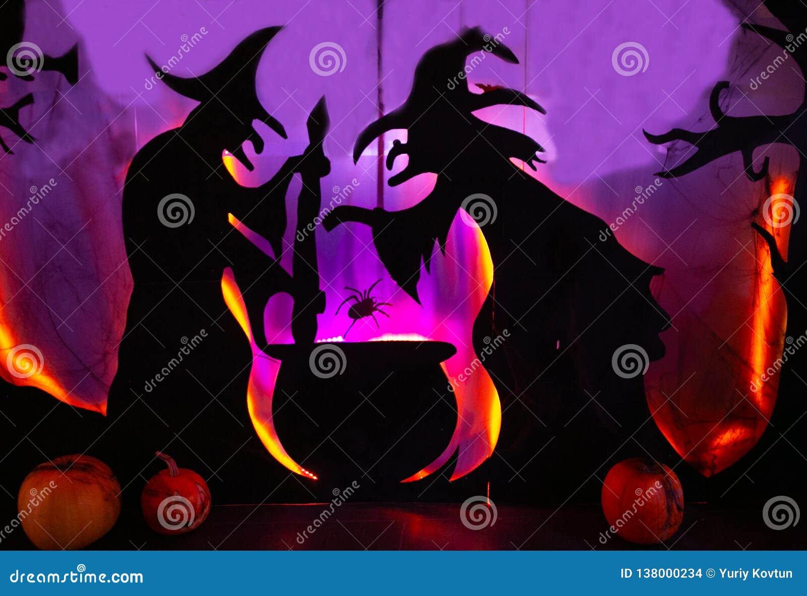 Twee heksen mengen zich magische de werktijd van de drankjebowlingspeler