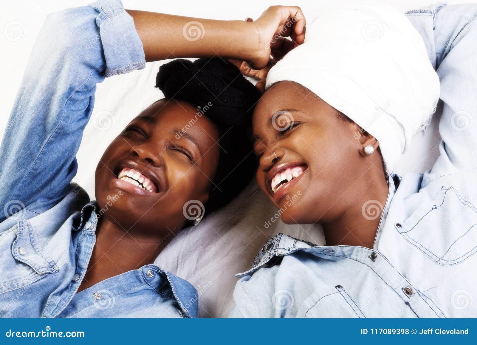 Twee het Afrikaanse Amerikaanse Vrouwen het Lachen Portretten Doen leunen