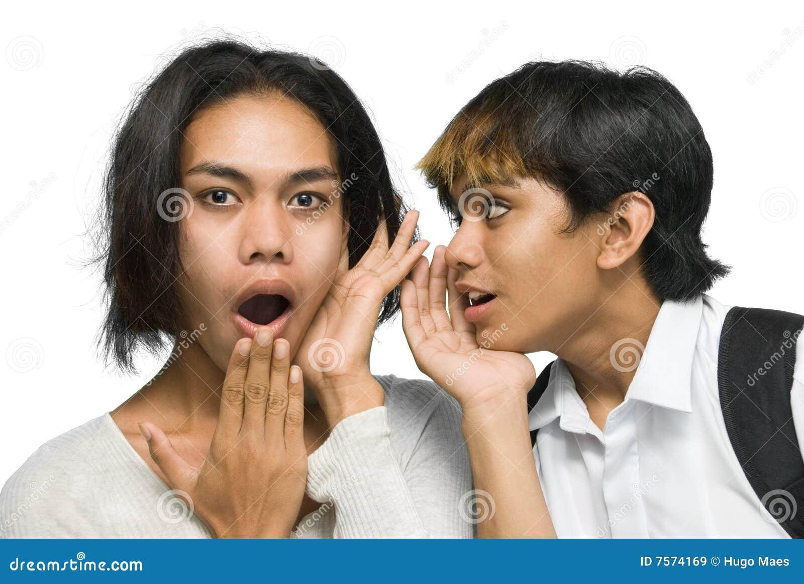 Twee het Aziatische tieners roddelen